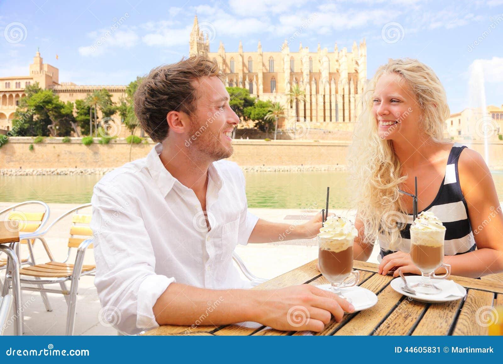 Ζεύγος καφέδων που χρονολογεί το cappuccino καφέ κατανάλωσης