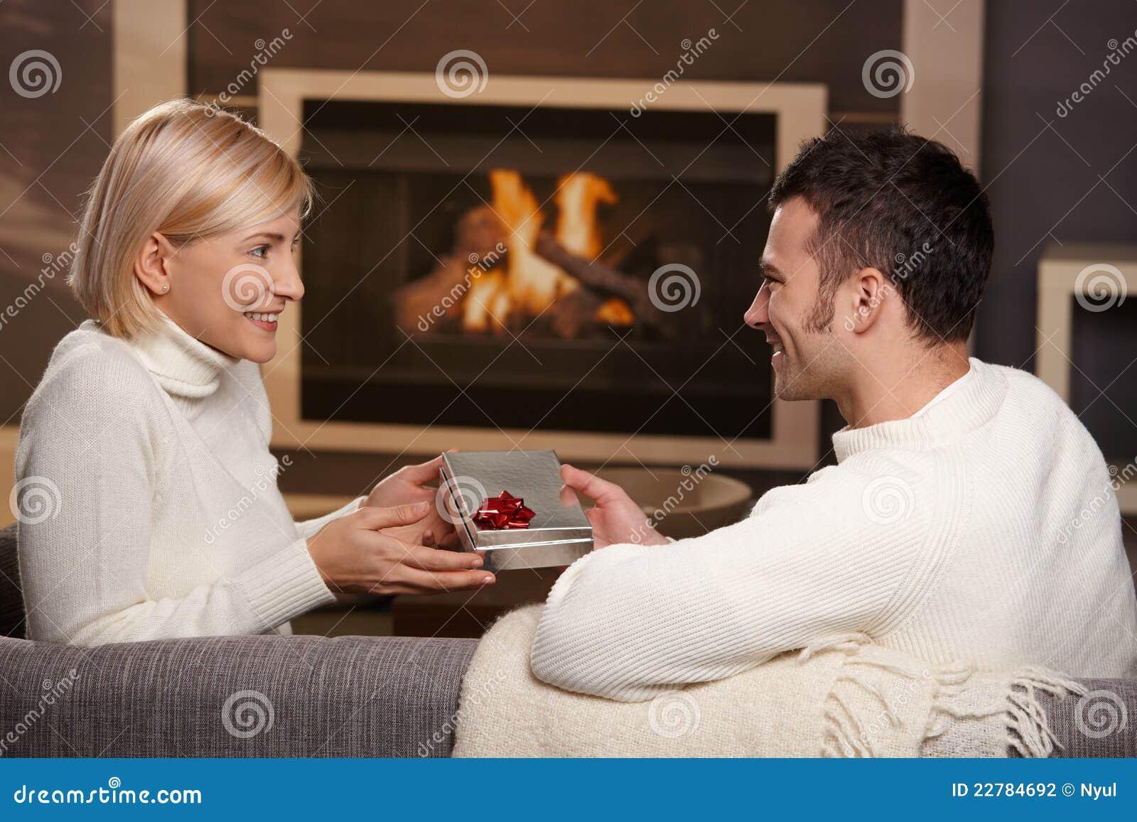 Ζεύγος που ανταλλάσσει το δώρο στο σπίτι