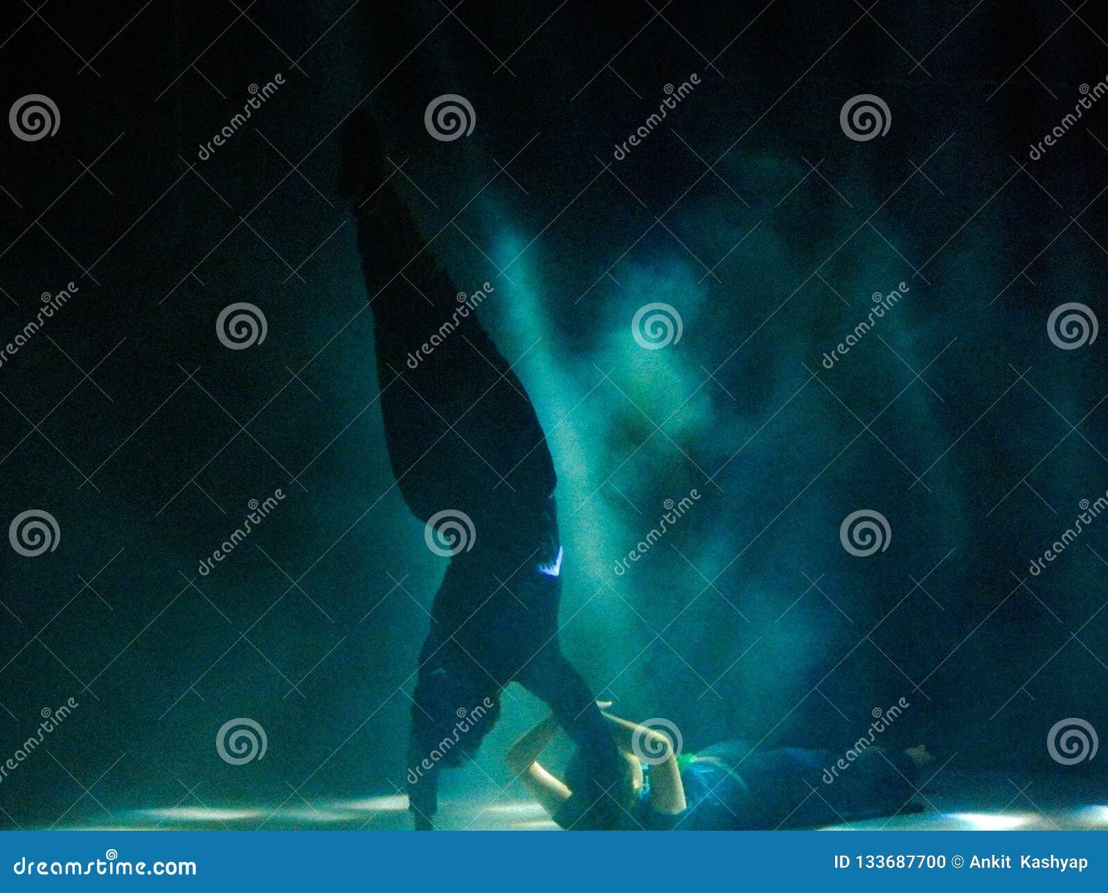 Ζεύγος που εκτελεί έναν όμορφο χορό στη σκηνή