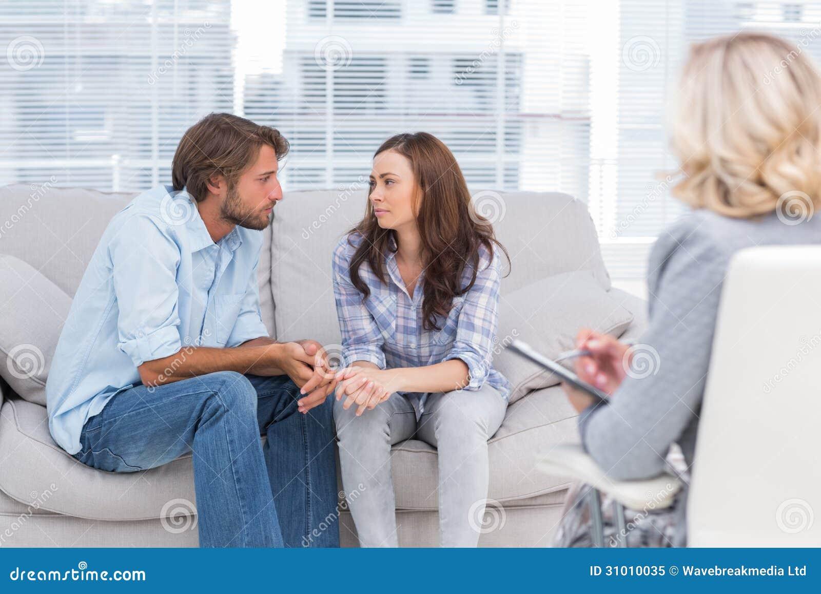 Ζεύγος που κοιτάζει ο ένας στον άλλο κατά τη διάρκεια της συνόδου θεραπείας