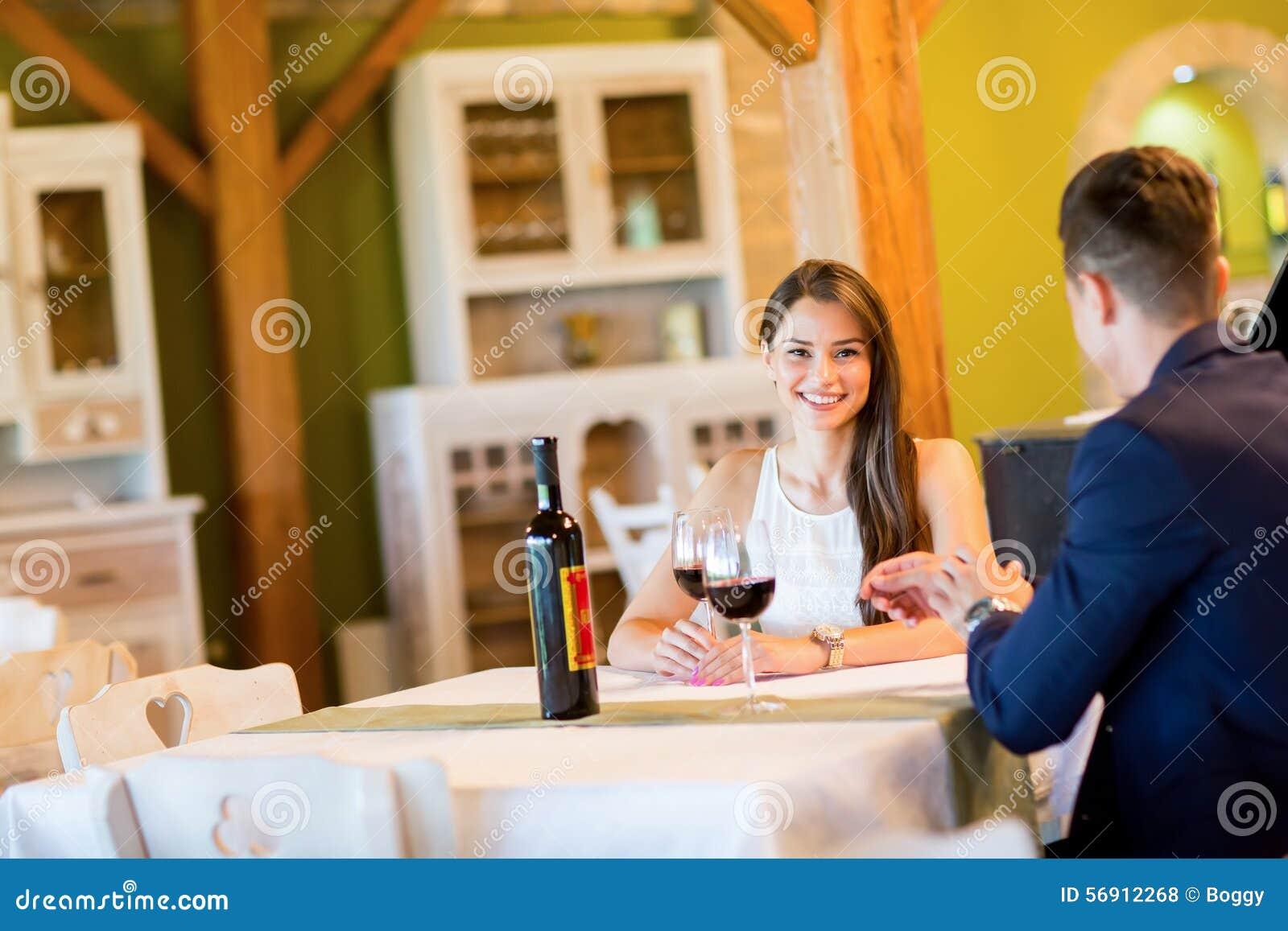 ζεύγος που πίνει τις νεολαίες κόκκινου κρασιού