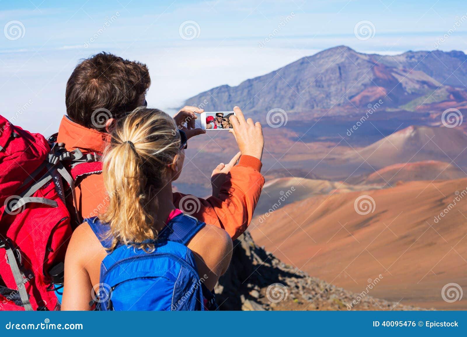 Ζεύγος που παίρνει μια φωτογραφία τους με το τηλέφωνο