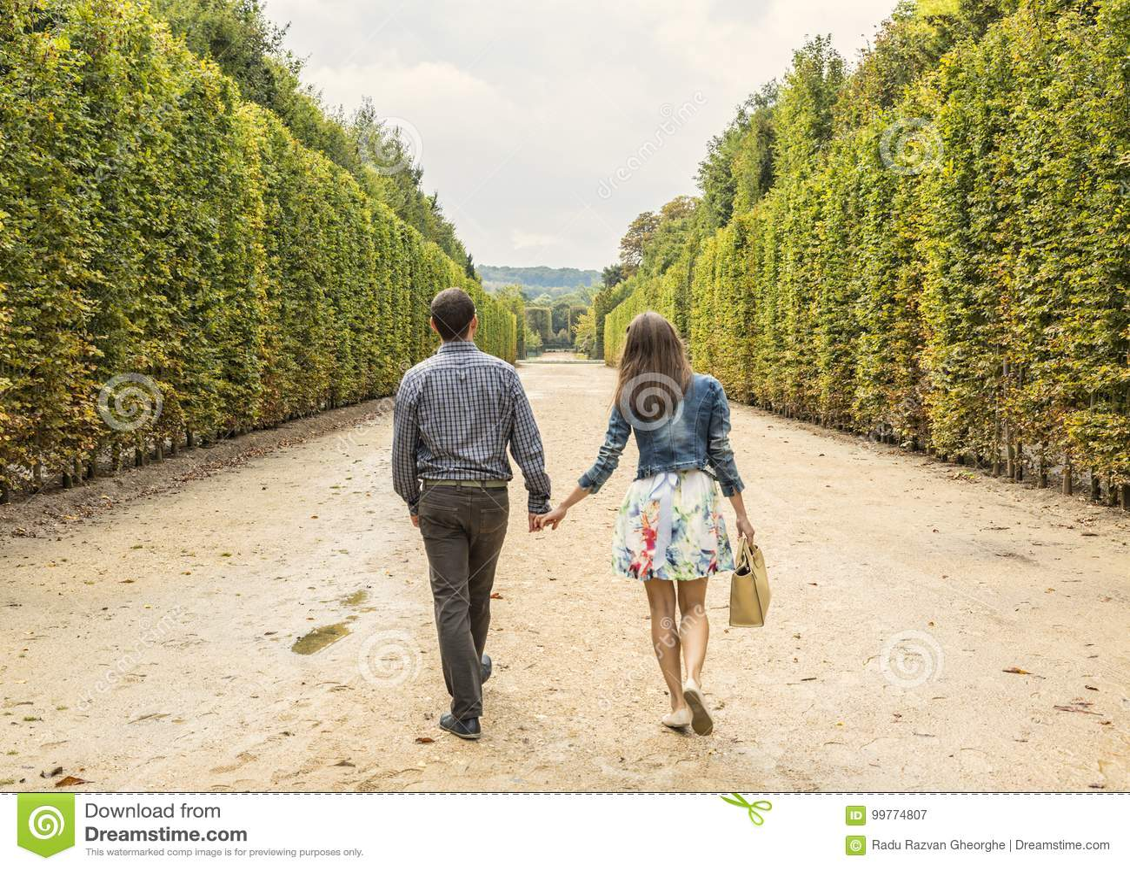 Ζεύγος που περπατά σε έναν κήπο