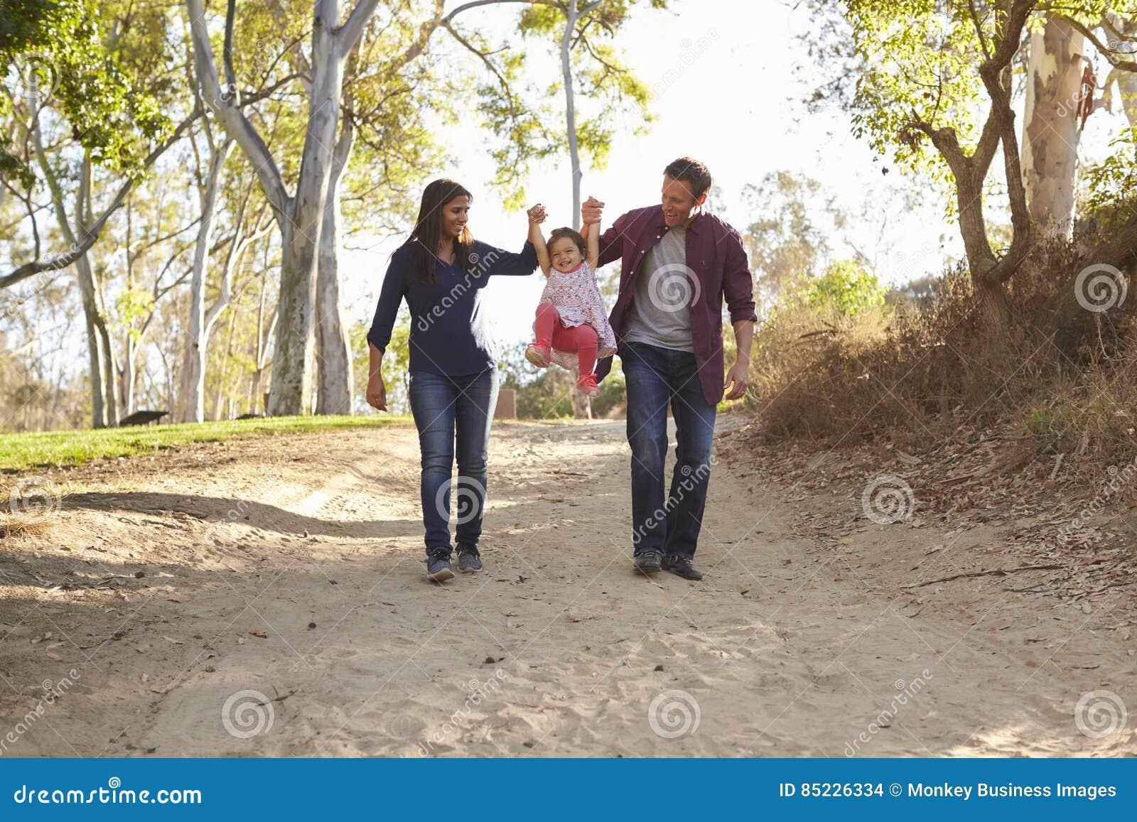 Ζεύγος που περπατά στην αγροτική ανυψωτική κόρη πορειών, πλήρες μήκος