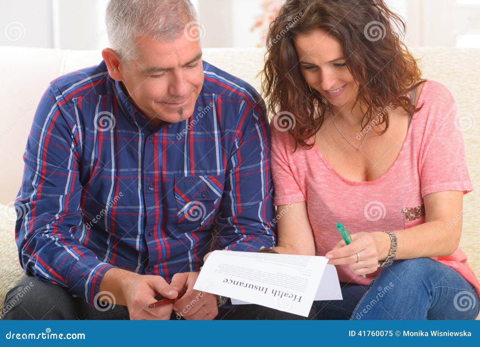 Ζεύγος που υπογράφει τη σύμβαση ασφάλειας υγείας