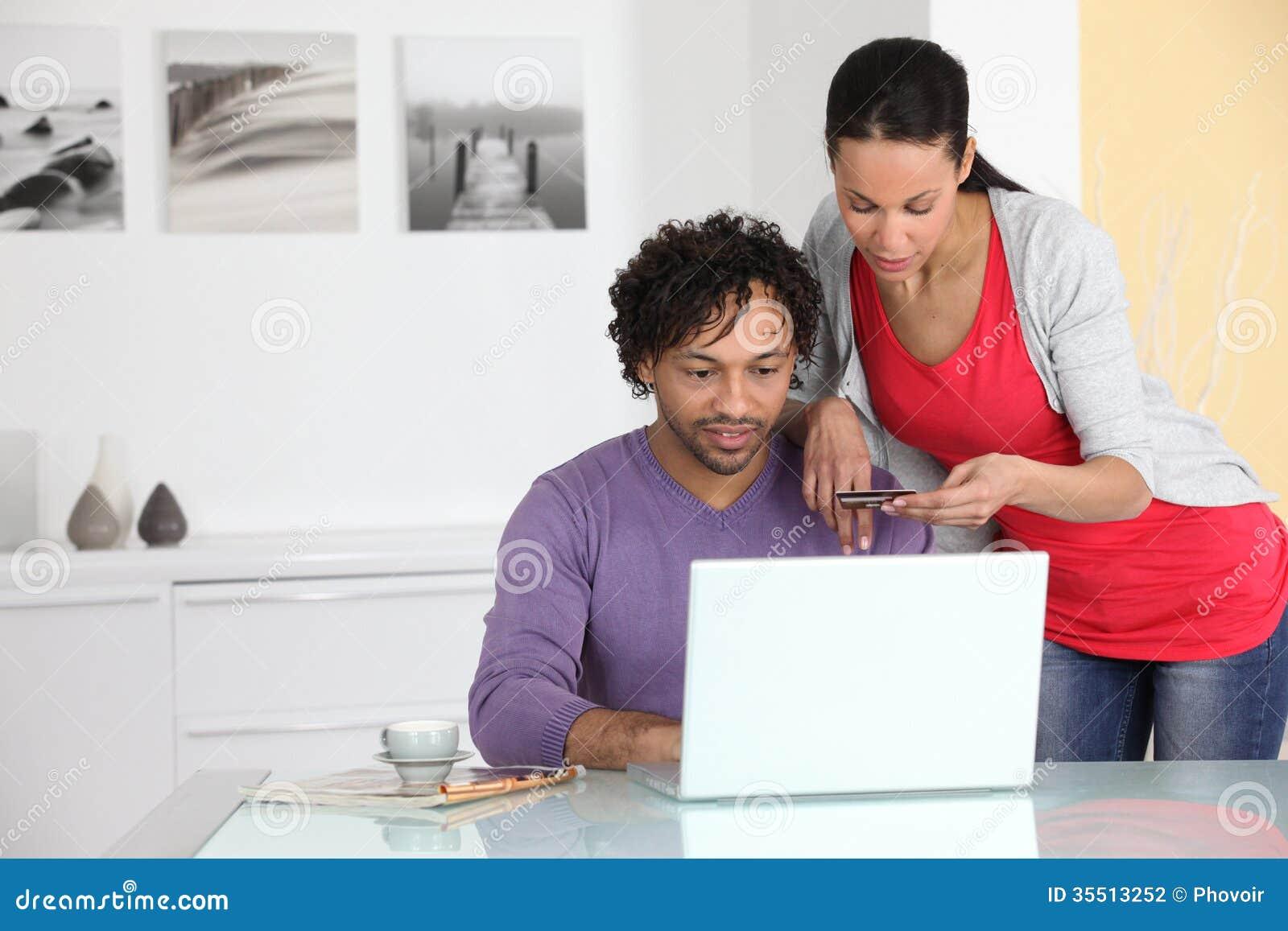Ζεύγος που ψωνίζει στο διαδίκτυο