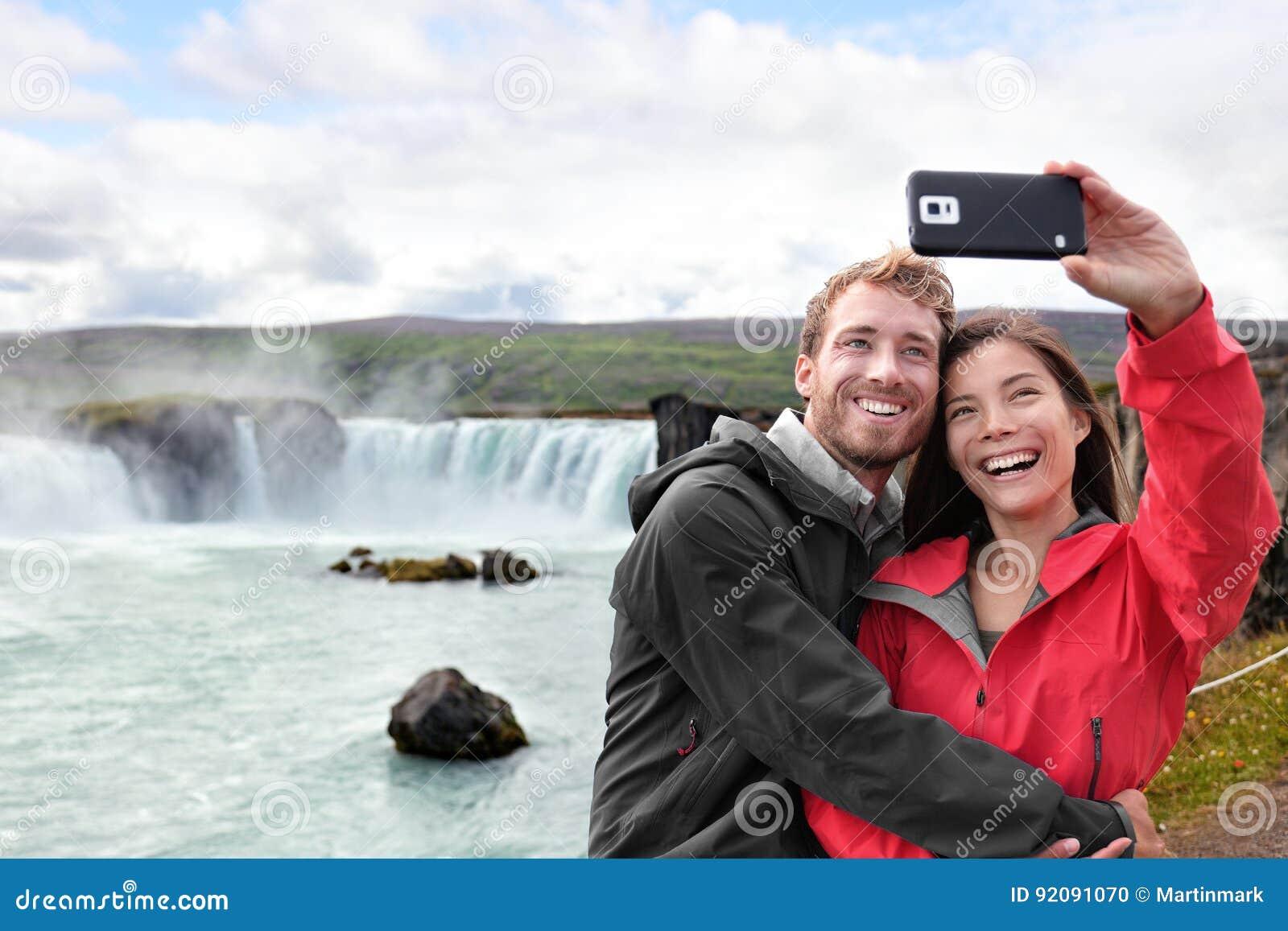 Ζεύγος ταξιδιού που παίρνει την τηλεφωνική selfie φωτογραφία στην Ισλανδία