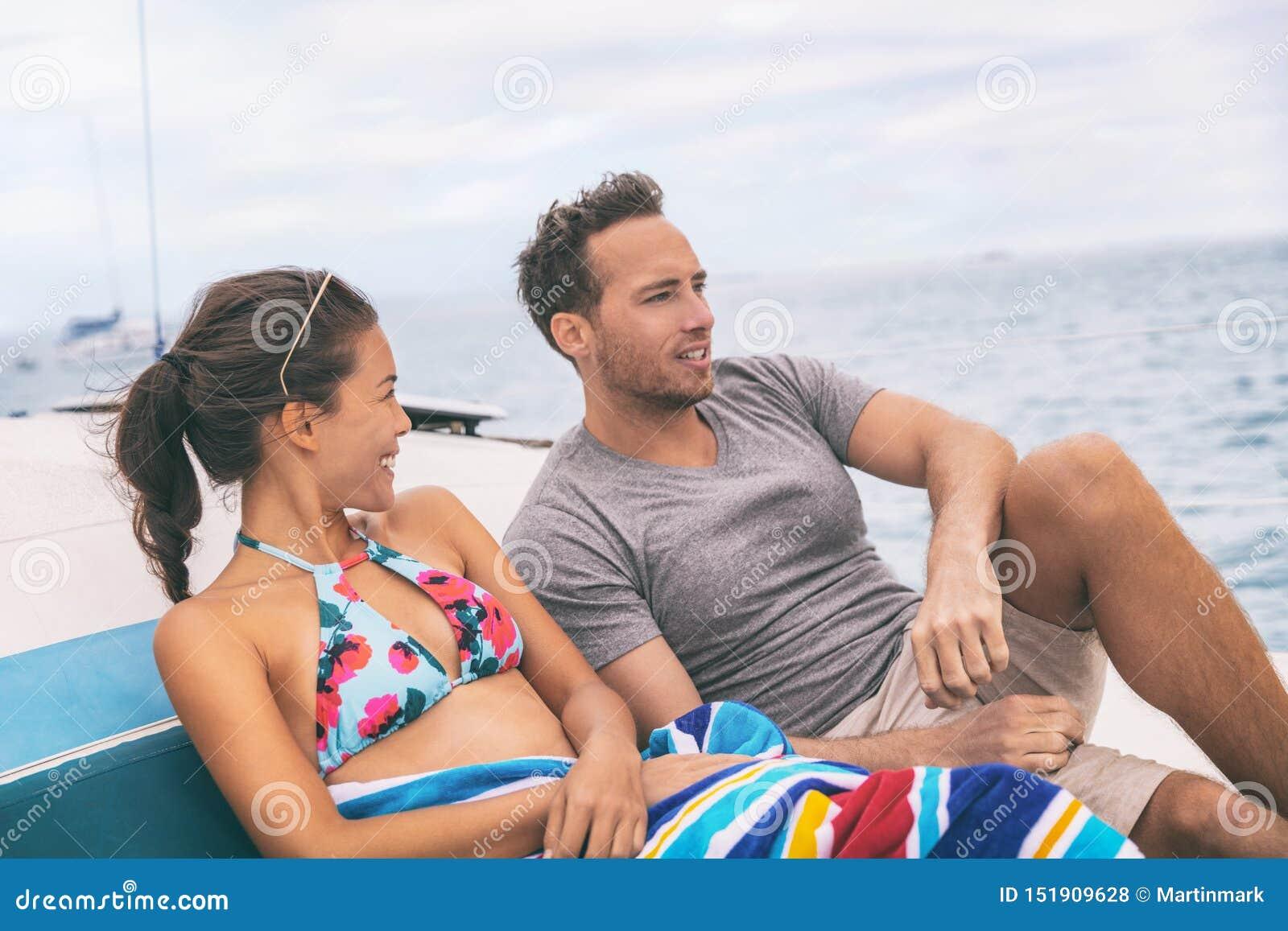Ζεύγος τρόπου ζωής βαρκών γιοτ που μιλά στο κρουαζιερόπλοιο στις διακοπές της Χαβάης Φυγή δύο τουριστών που απολαμβάνει τις θεριν