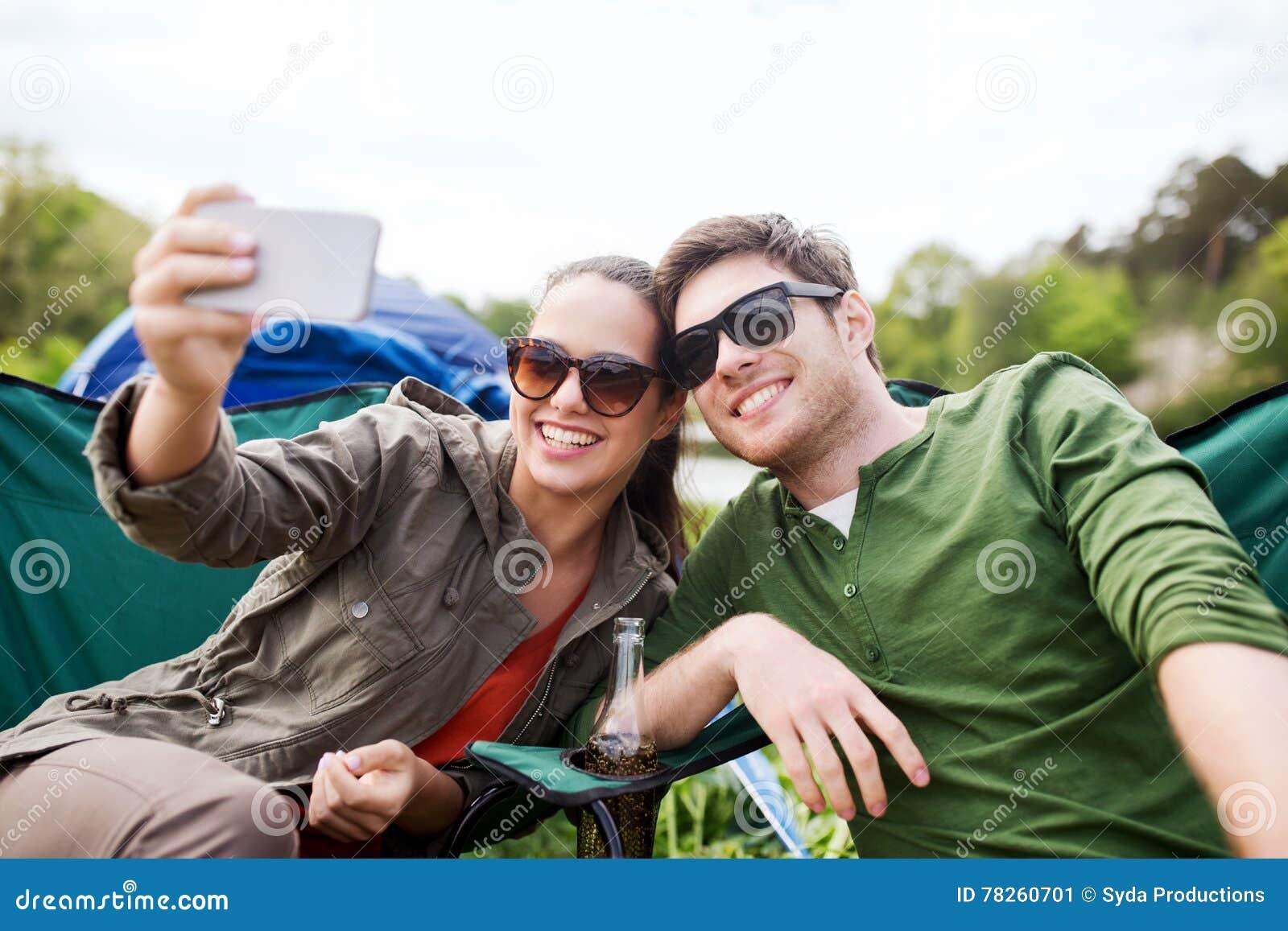Ζεύγος των ταξιδιωτών που παίρνουν selfie από το smartphone
