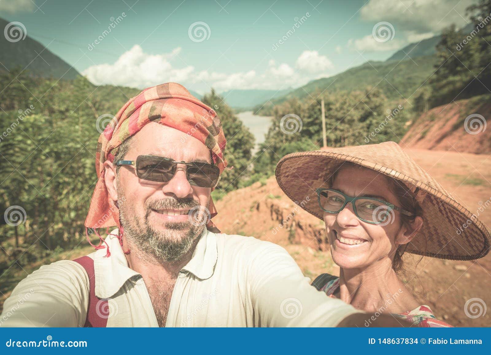 Ζεύγος selfie στην κορυφή βουνών στην πανοραμική άποψη Nong Khiaw πέρα από τον προορισμό ταξιδιού του Λάος κοιλάδων ποταμών OU Na
