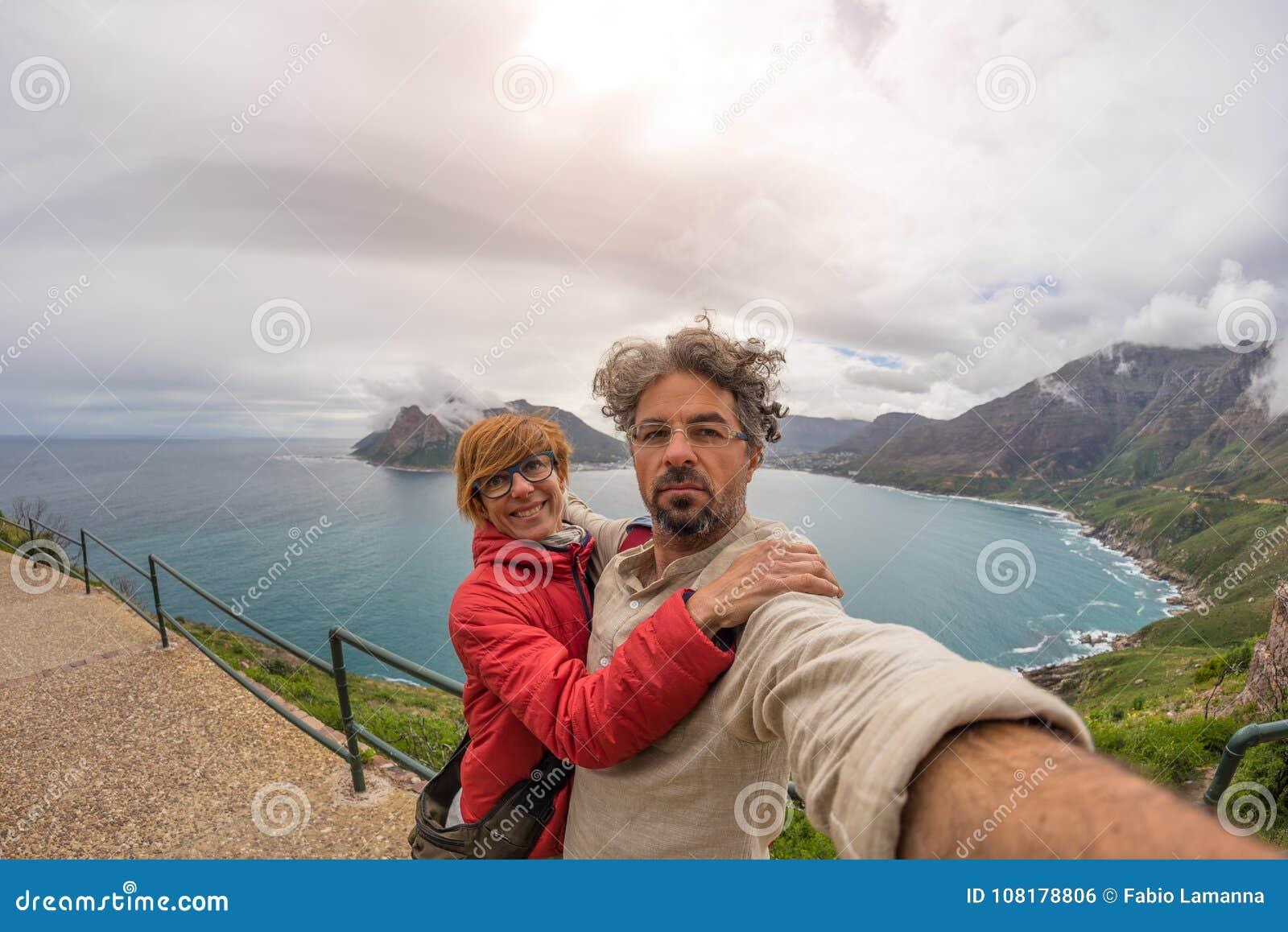 Ζεύγος selfie στο σημείο ακρωτηρίων, εθνικό πάρκο επιτραπέζιων βουνών, φυσικός προορισμός ταξιδιού στη Νότια Αφρική Άποψη Fisheye
