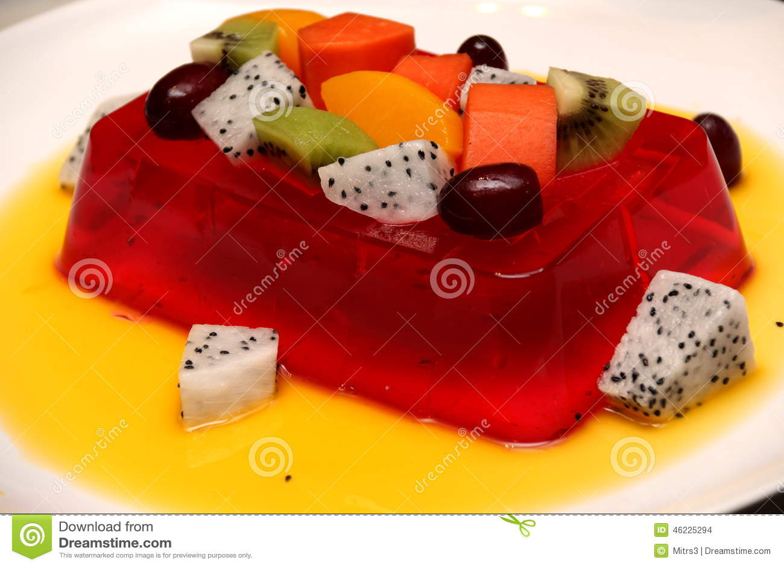 Ζελατίνα φραουλών με τους νωπούς καρπούς