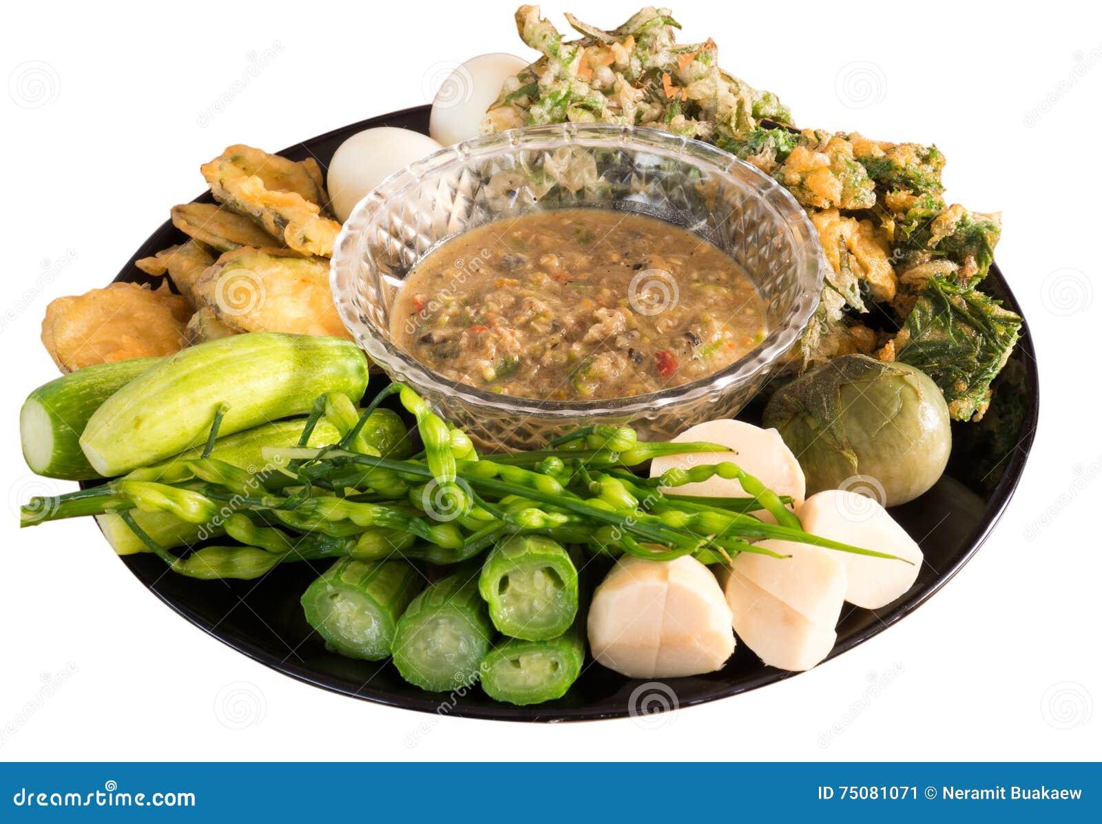 Ζυμωνομμένη πικάντικη εμβύθιση ψαριών με τα βρασμένα αυγά και τα λαχανικά