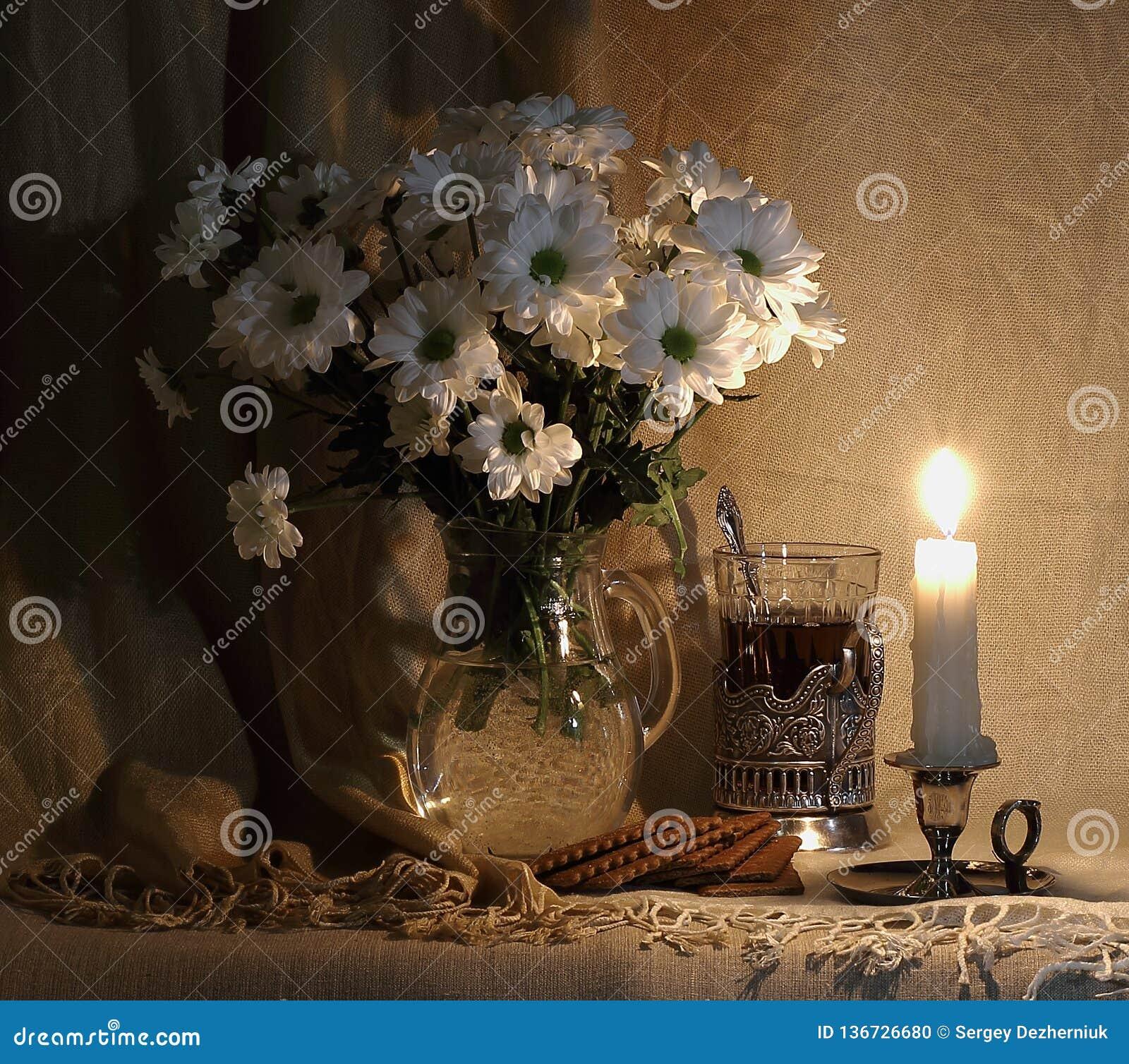 1 ζωή ακόμα άσπρα λουλούδια σε μια καράφα γυαλιού