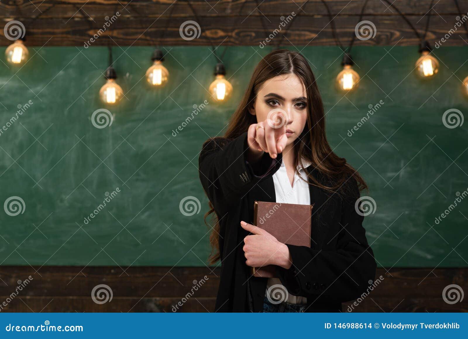 Ζωή σπουδαστών Νέος ελκυστικός δάσκαλος που δείχνει στον πίνακα κιμωλίας Σχολείο εφήβων Σχολείο εφήβων - πρώτη αγάπη Πίσω