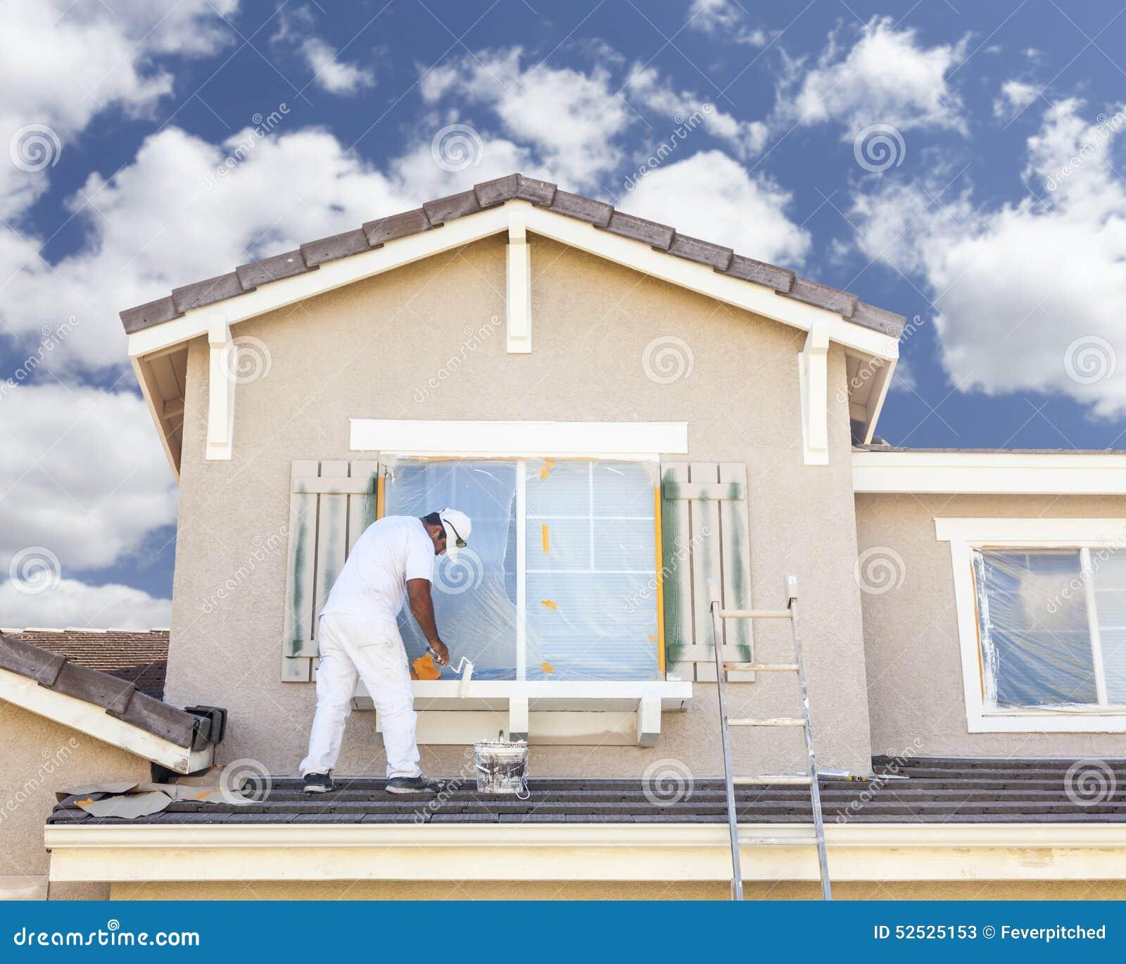 Ζωγράφος σπιτιών που χρωματίζει την περιποίηση και τα παραθυρόφυλλα του σπιτιού