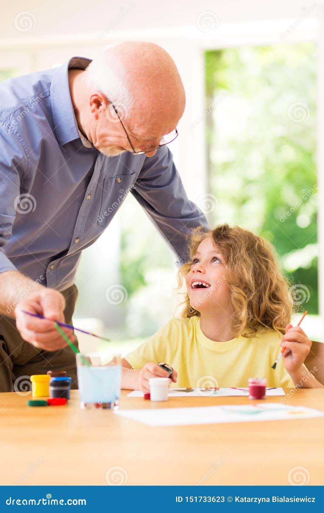 Ζωγραφική παιδιών με τον παππού του, χρόνος εξόδων από κοινού