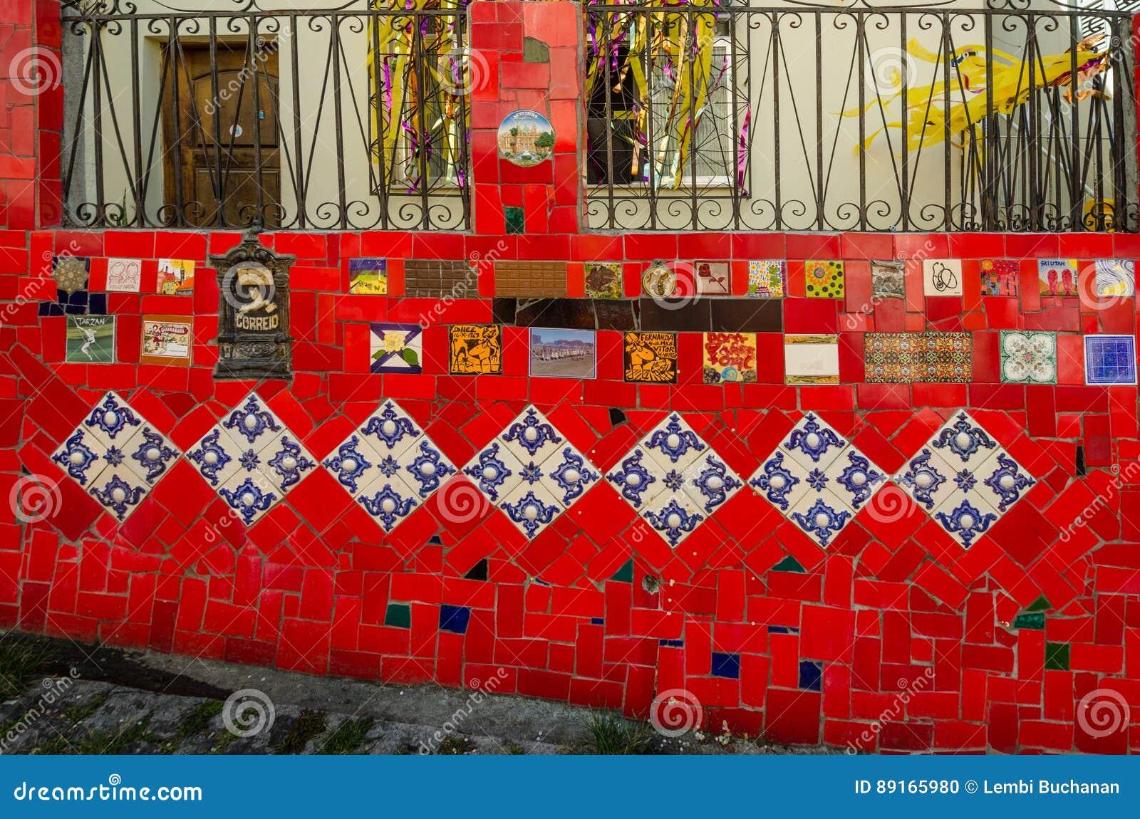 Ζωηρόχρωμα κεραμίδια των βημάτων Selaron στο Ρίο ντε Τζανέιρο