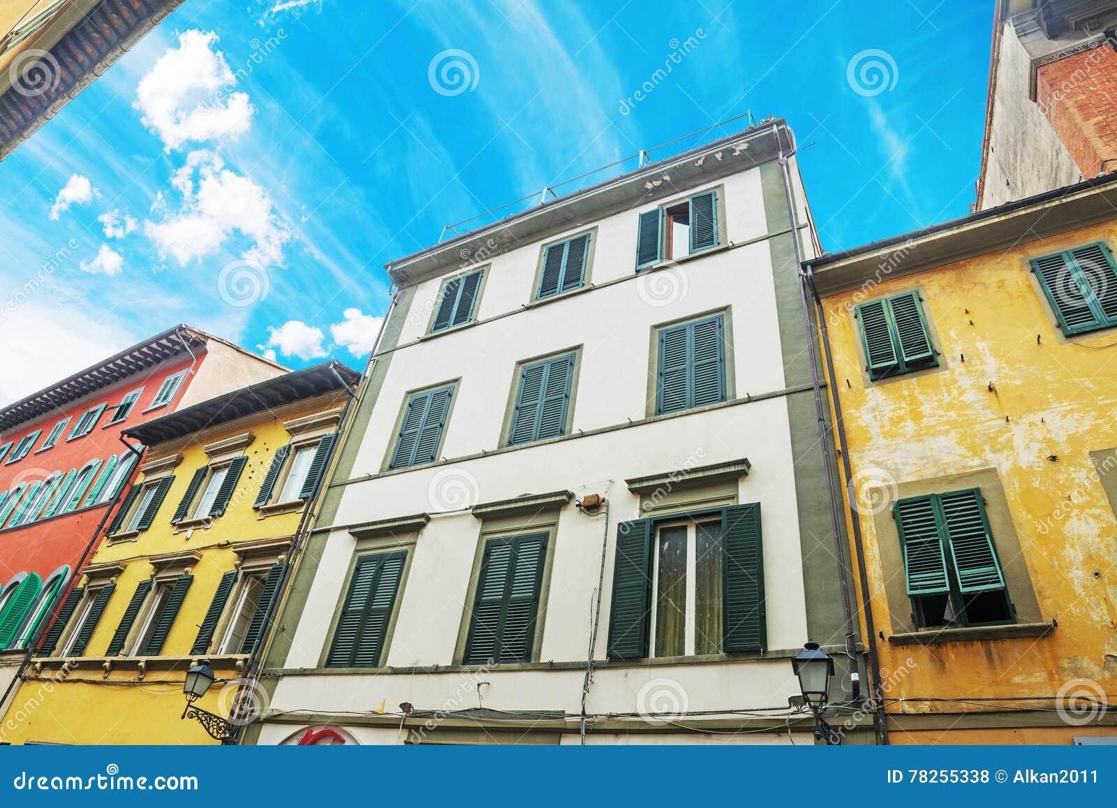 Ζωηρόχρωμα κτήρια στην Πίζα