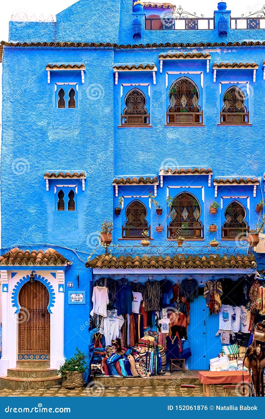 Ζωηρόχρωμα μαροκινά υφάσματα και χειροποίητα αναμνηστικά στην οδό στην μπλε πόλη Chefchaouen, Μαρόκο, Αφρική