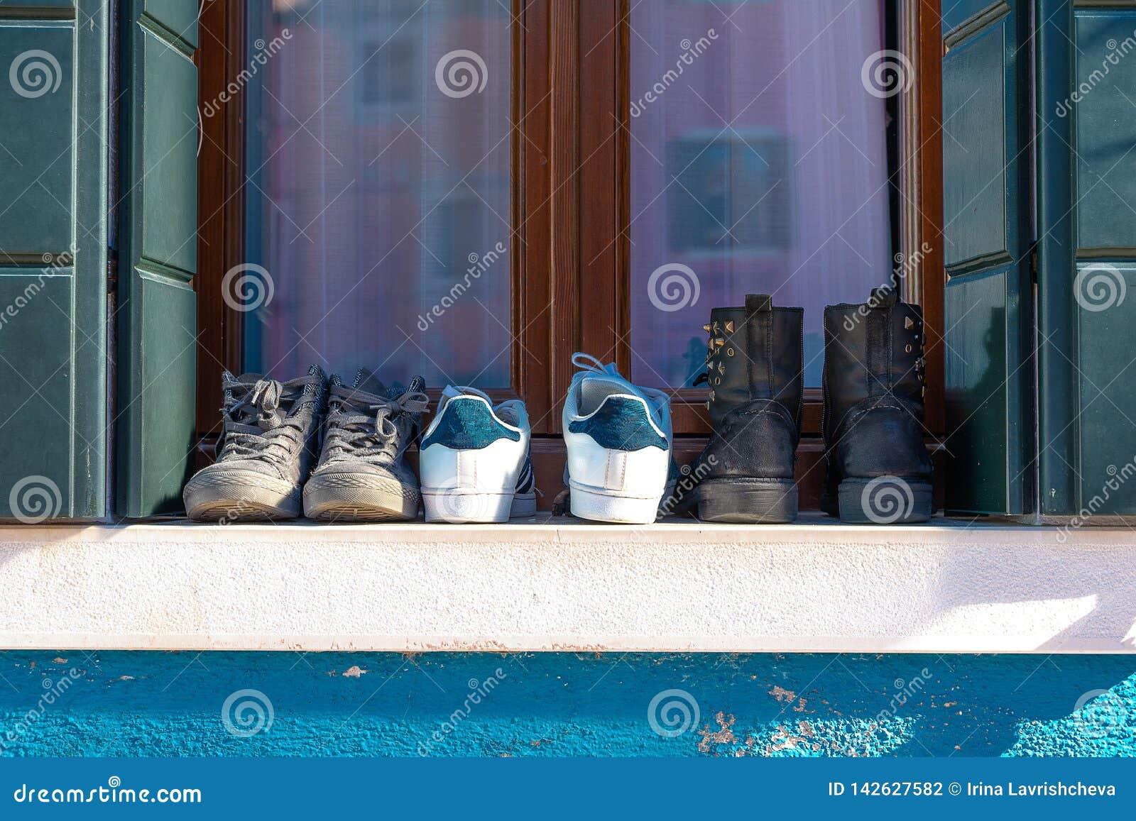 Ζωηρόχρωμα σπίτια του νησιού Burano Βενετία Χαρακτηριστική οδός με την ένωση του πλυντηρίου στις προσόψεις των ζωηρόχρωμων σπιτιώ