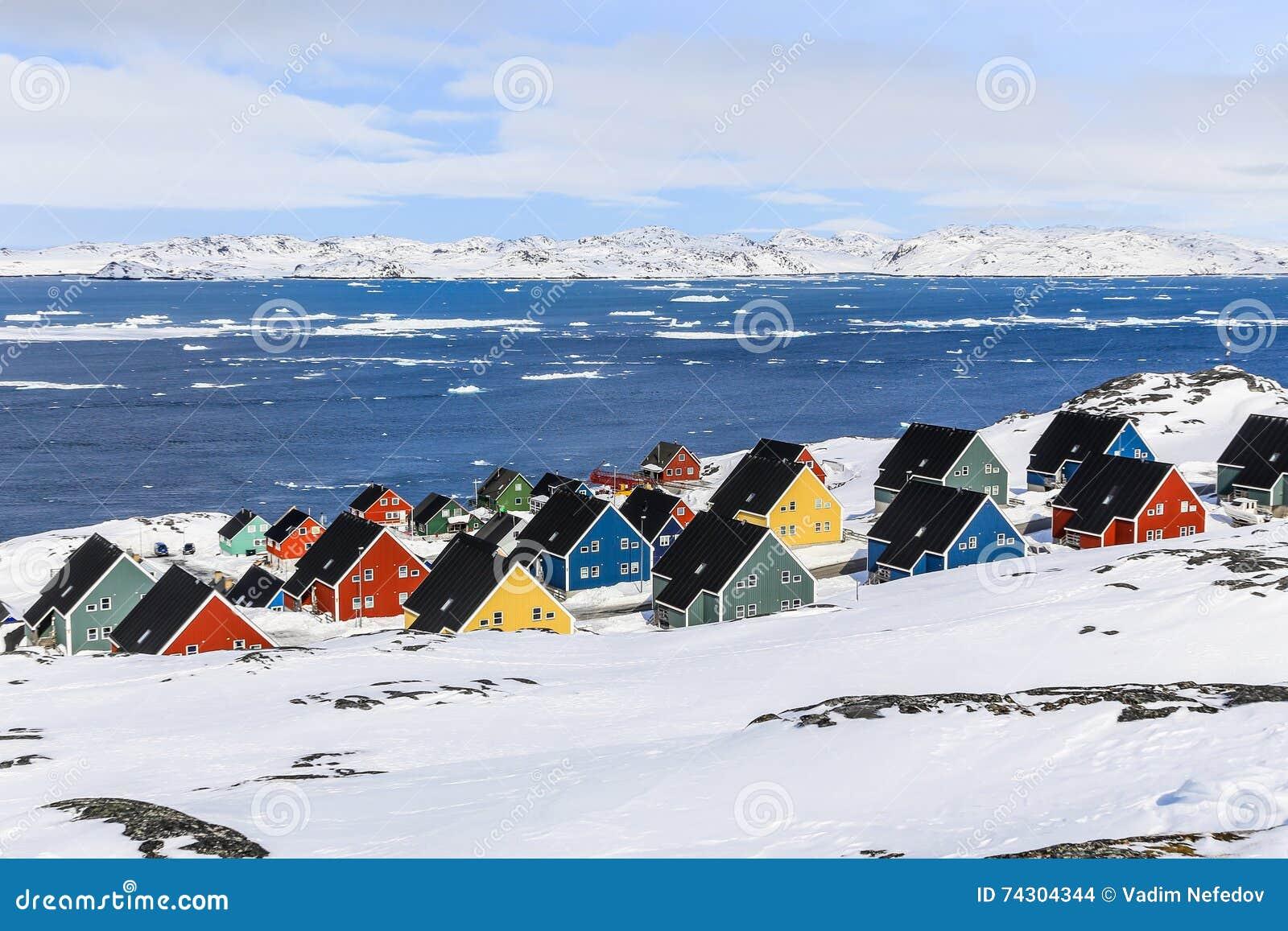 Ζωηρόχρωμα σπίτια inuit σε ένα προάστιο του αρκτικού κύριου Νουούκ