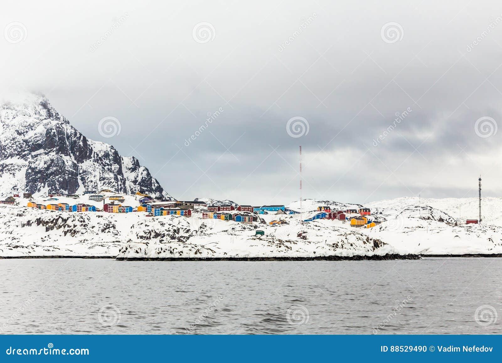 Ζωηρόχρωμα σπίτια Inuit της πόλης Sisimiut, άποψη από το φιορδ, Gre