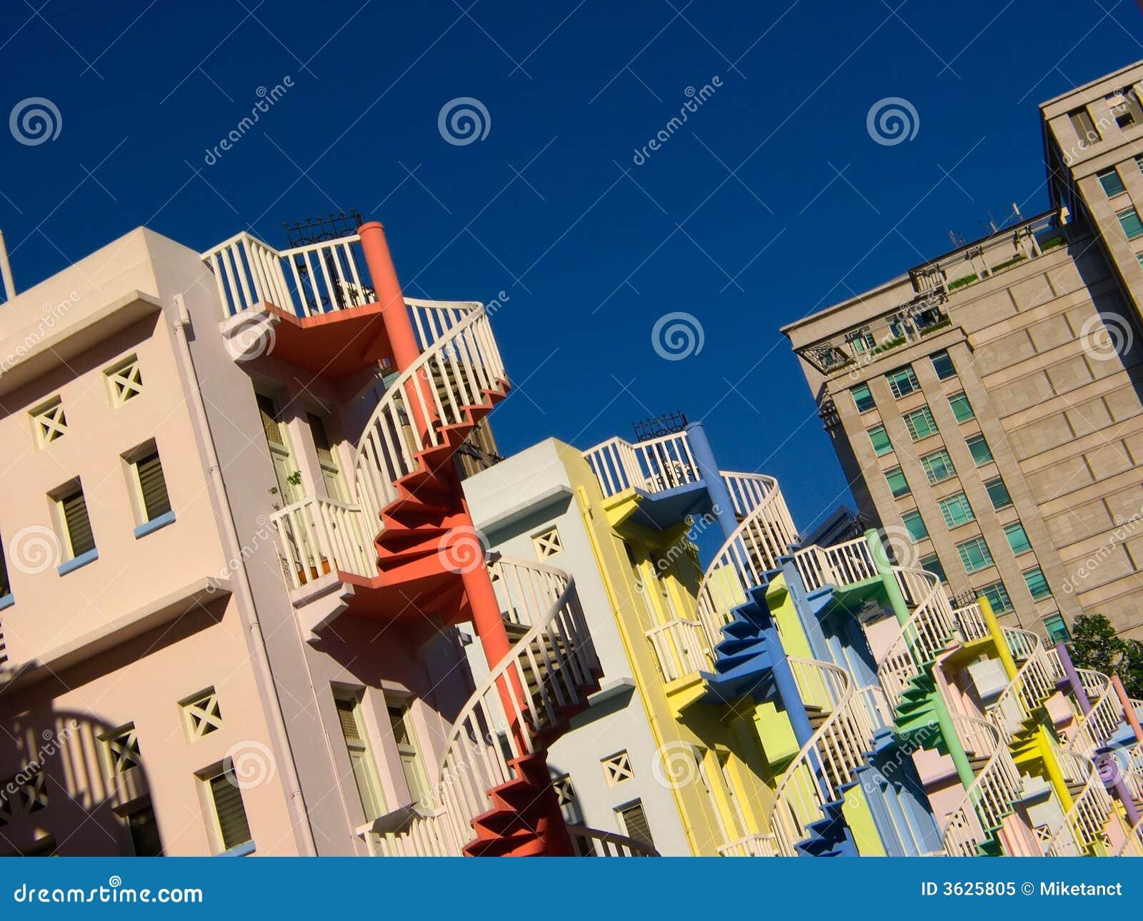 ζωηρόχρωμα σπειροειδή σκαλοπάτια