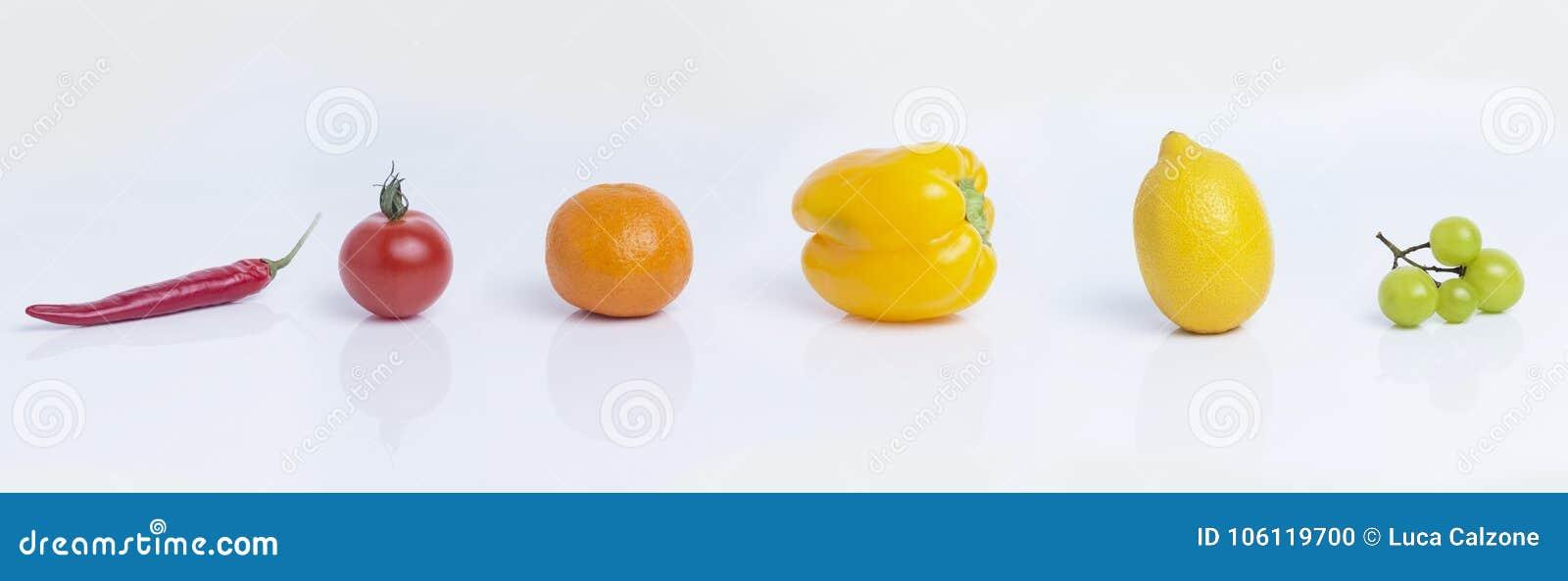 Ζωηρόχρωμα φρούτα στο άσπρο υπόβαθρο και τα αρμονικά χρώματα