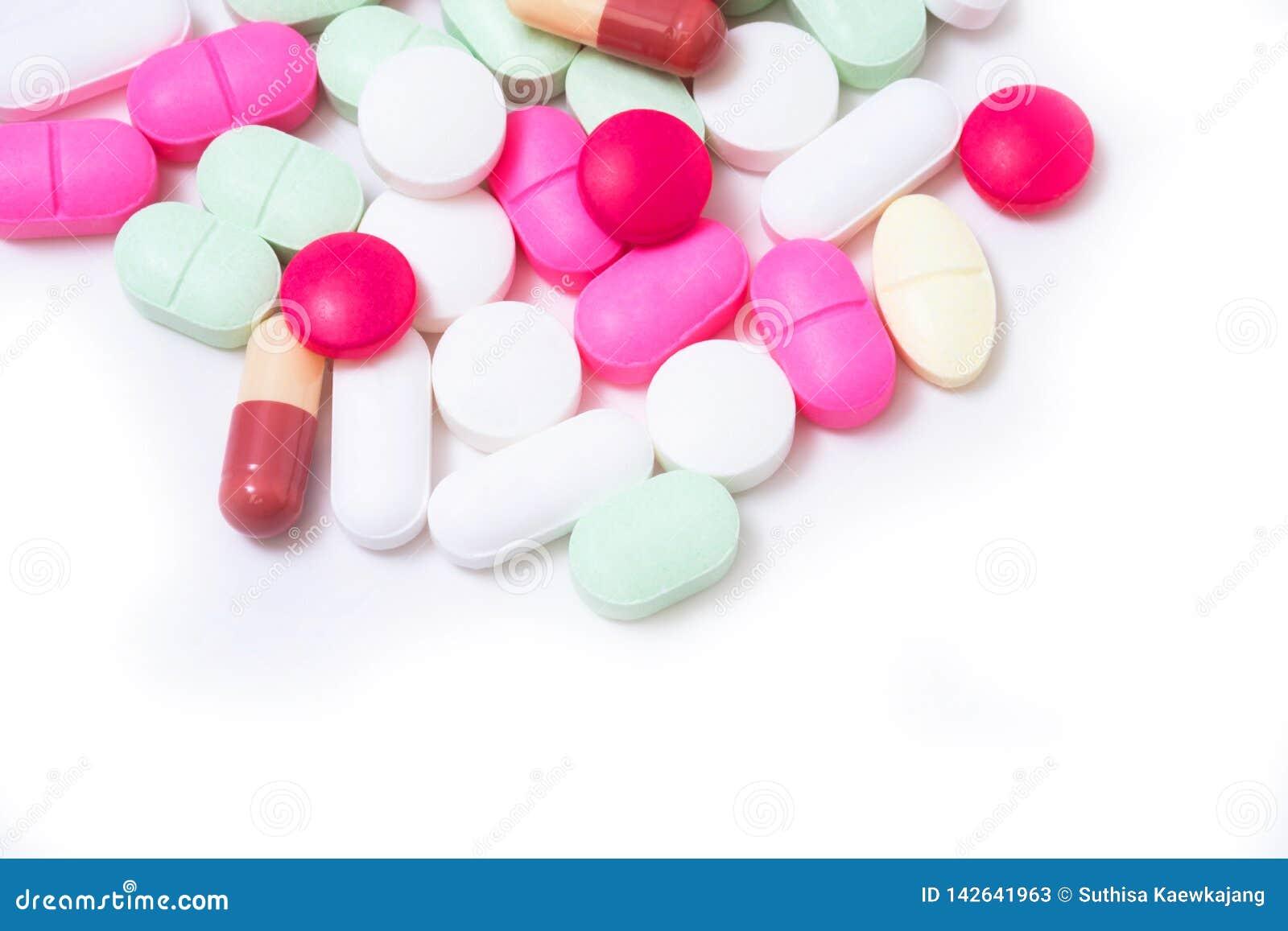 Ζωηρόχρωμα χάπια φαρμάκων που απομονώνονται στο άσπρο υπόβαθρο θολωμένο ανασκόπηση χάπι μασκών υγείας προσώπου έννοιας προσοχής π