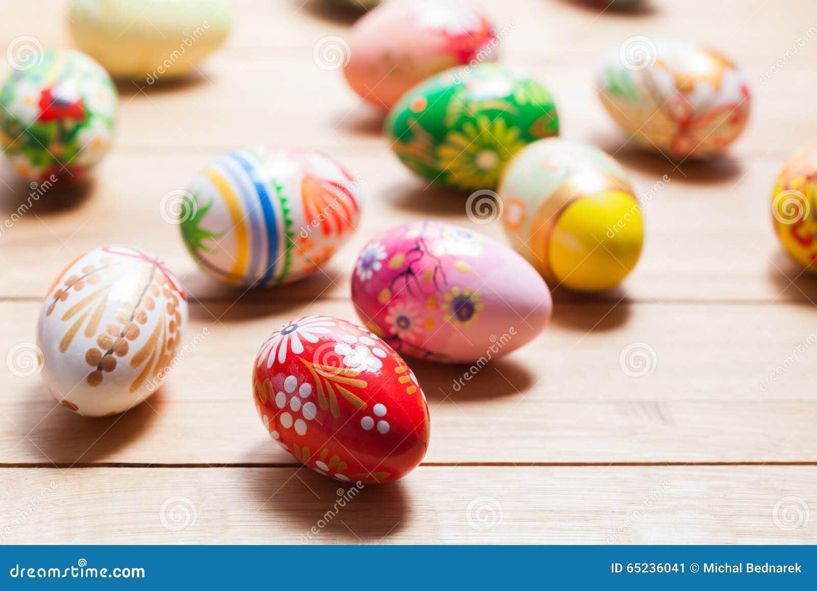 Ζωηρόχρωμα χρωματισμένα χέρι αυγά Πάσχας στο ξύλο Μοναδικό χειροποίητο, εκλεκτής ποιότητας σχέδιο
