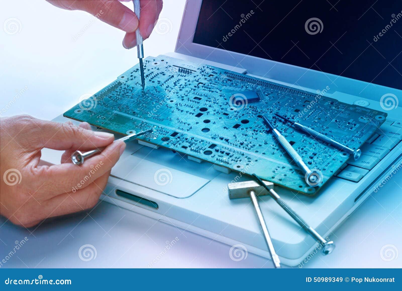 Ζωηρόχρωμες ηλεκτρονικές επισκευές πινάκων και εργαλείων, δονούμενη έννοια