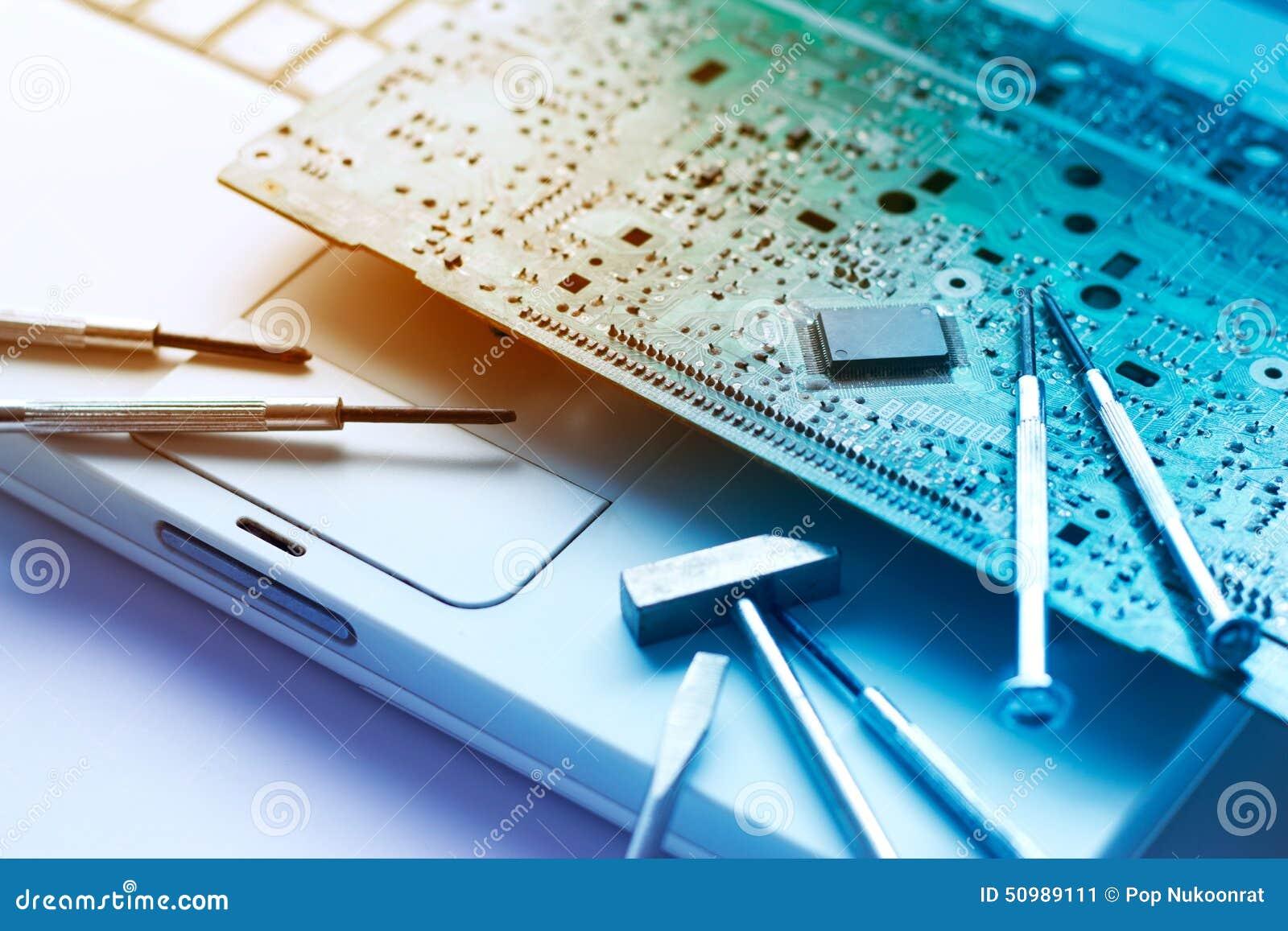 Ζωηρόχρωμες ηλεκτρονικές επισκευές πινάκων και εργαλείων στο παλαιό lap-top, τονισμένη δονούμενη έννοια