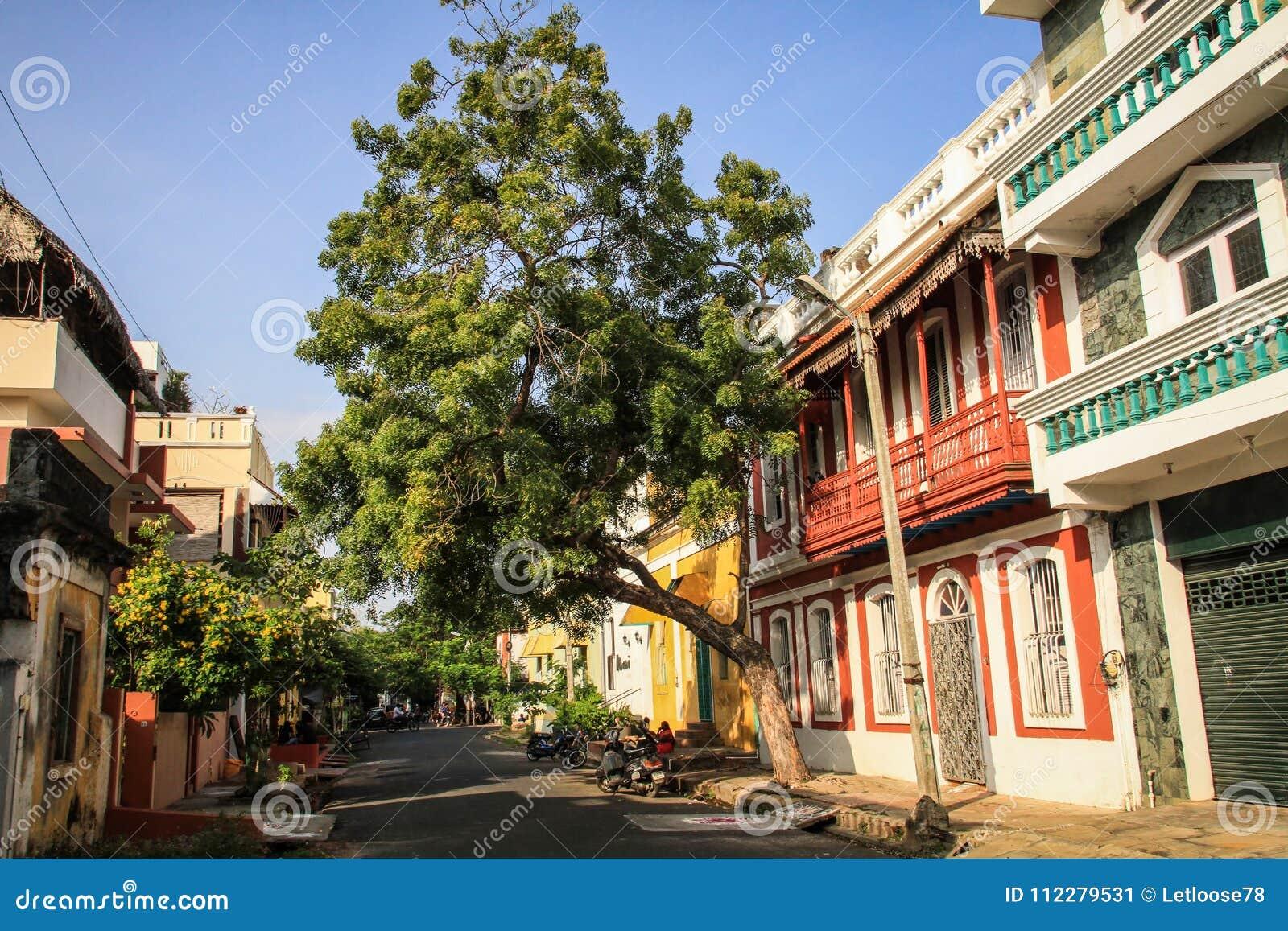 Ζωηρόχρωμες οδοί της γαλλικής συνοικίας Pondicherry ` s, Puducherry, Ινδία