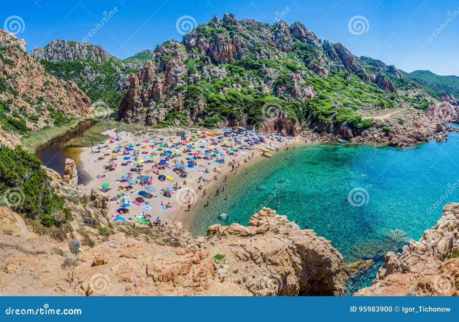 Ζωηρόχρωμες ομπρέλες θαλάσσης τουριστών στην παραλία Paradiso πλευρών, Σαρδηνία, Ιταλία