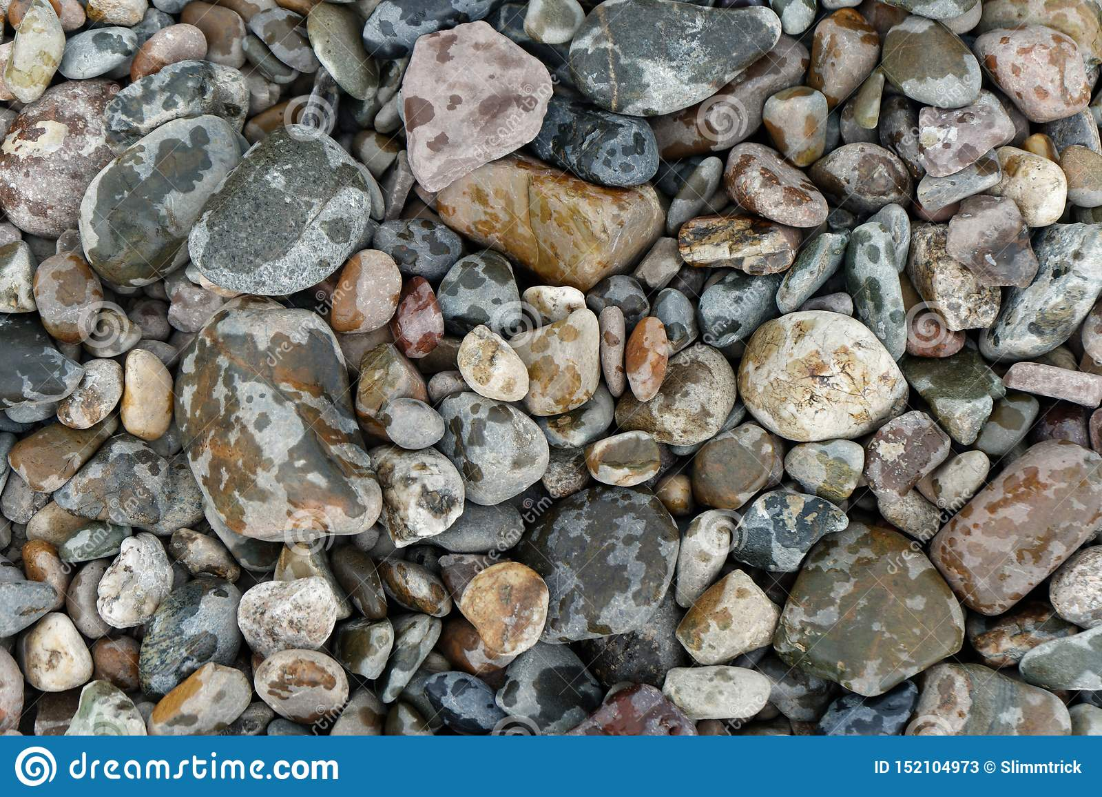 Ζωηρόχρωμες πέτρες ποταμών στη βροχή