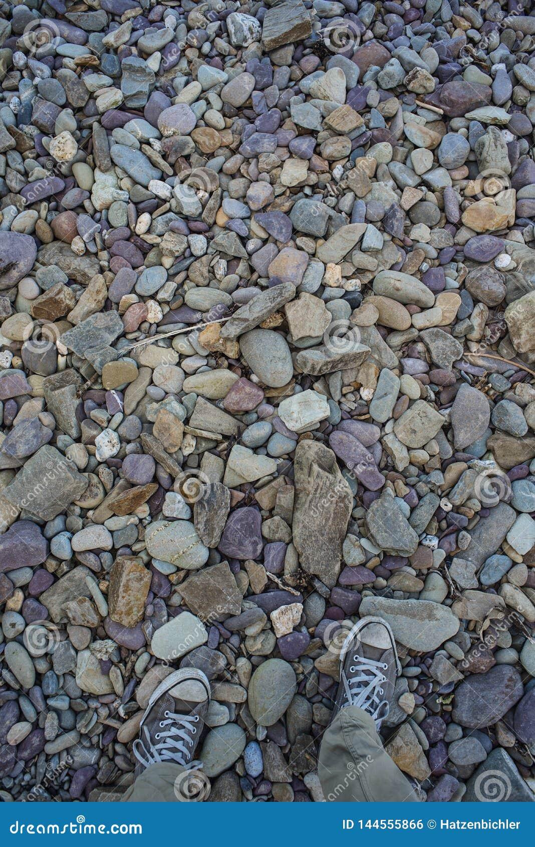 Ζωηρόχρωμες πέτρες σε μια παραλία