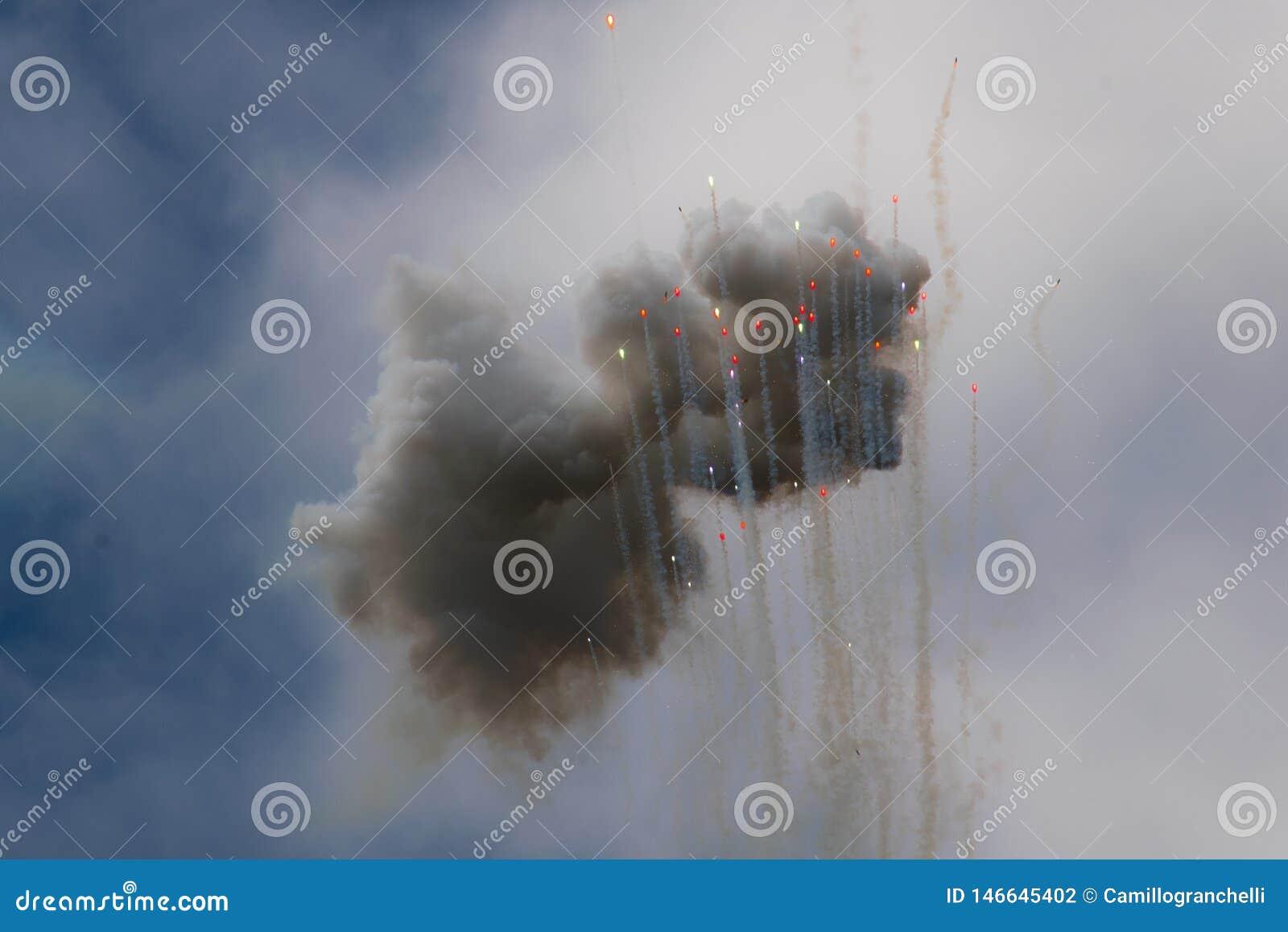 Ζωηρόχρωμες σύννεφα και σφαίρες πυροτεχνημάτων ημέρας που αυξάνονται στον ουρανό