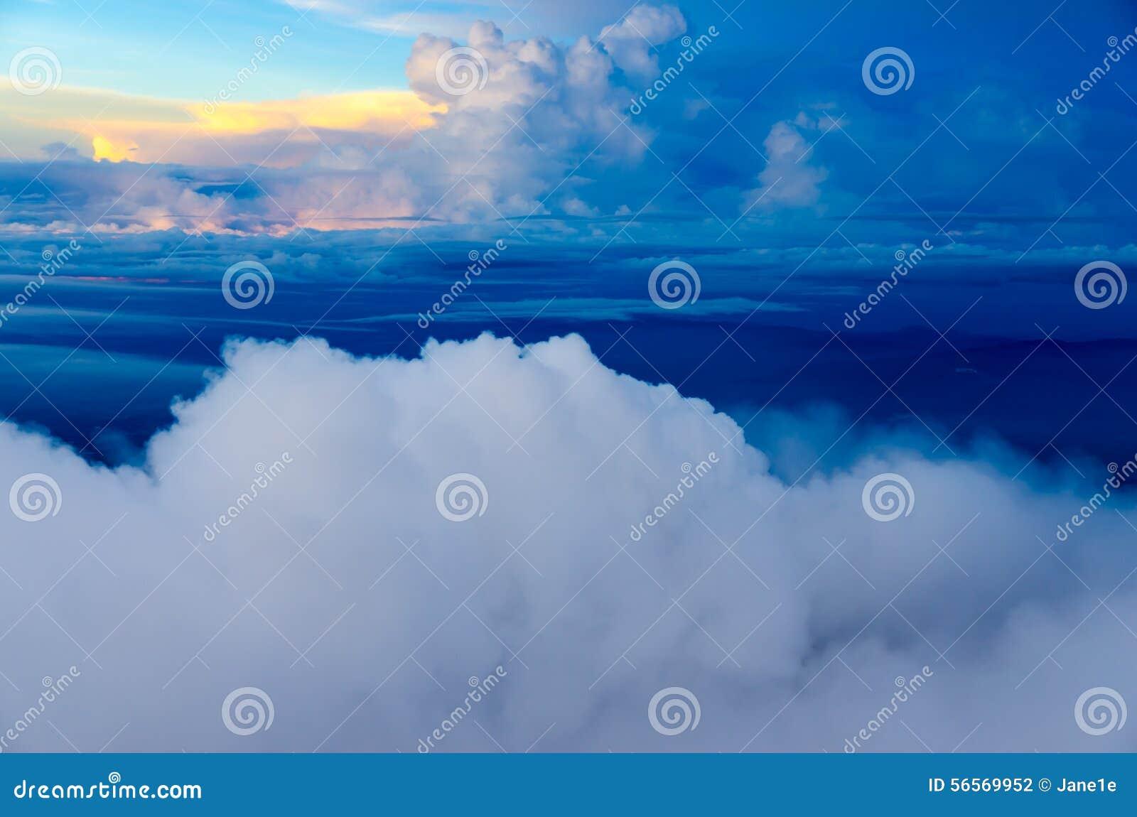 Download ζωηρόχρωμη ανατολή στοκ εικόνες. εικόνα από νεφελώδης - 56569952