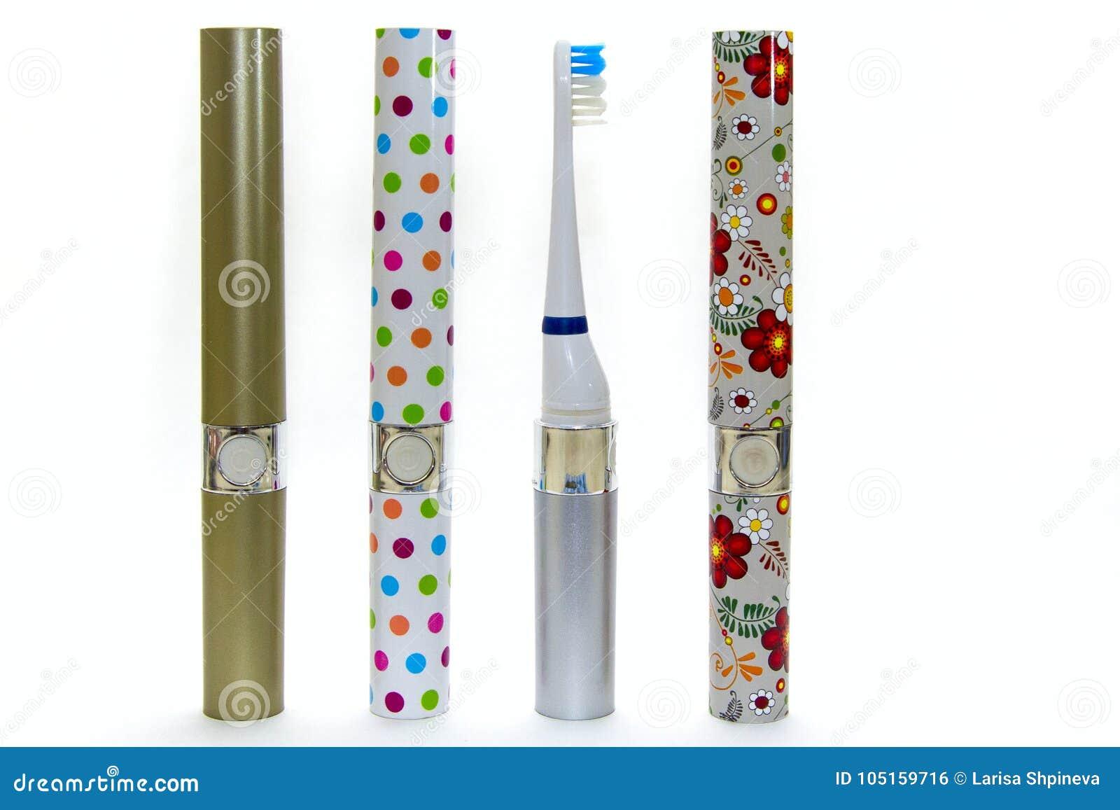 Ζωηρόχρωμη ηλεκτρική οδοντόβουρτσα τέσσερα για την οικογένεια που απομονώνεται στο άσπρο υπόβαθρο