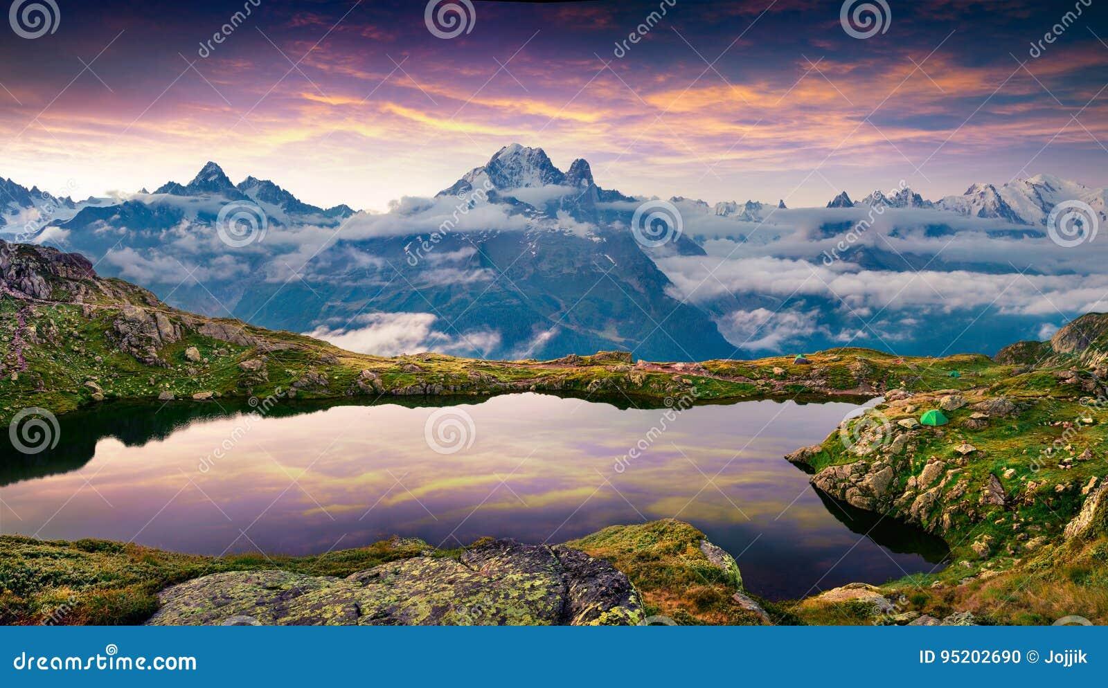 Ζωηρόχρωμη θερινή ανατολή στη λίμνη Blanc λάκκας με τη Mont Blanc Μ