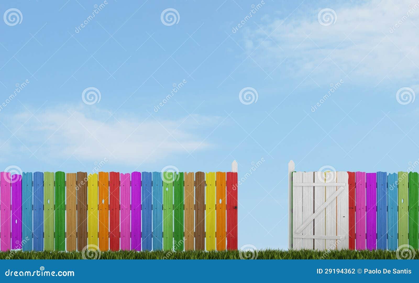 Ζωηρόχρωμη ξύλινη φραγή με την ανοικτή πύλη