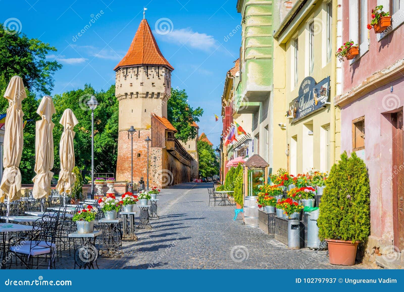 Ζωηρόχρωμη οδός στο Sibiu το πρωί, περιοχή της Τρανσυλβανίας, Ro