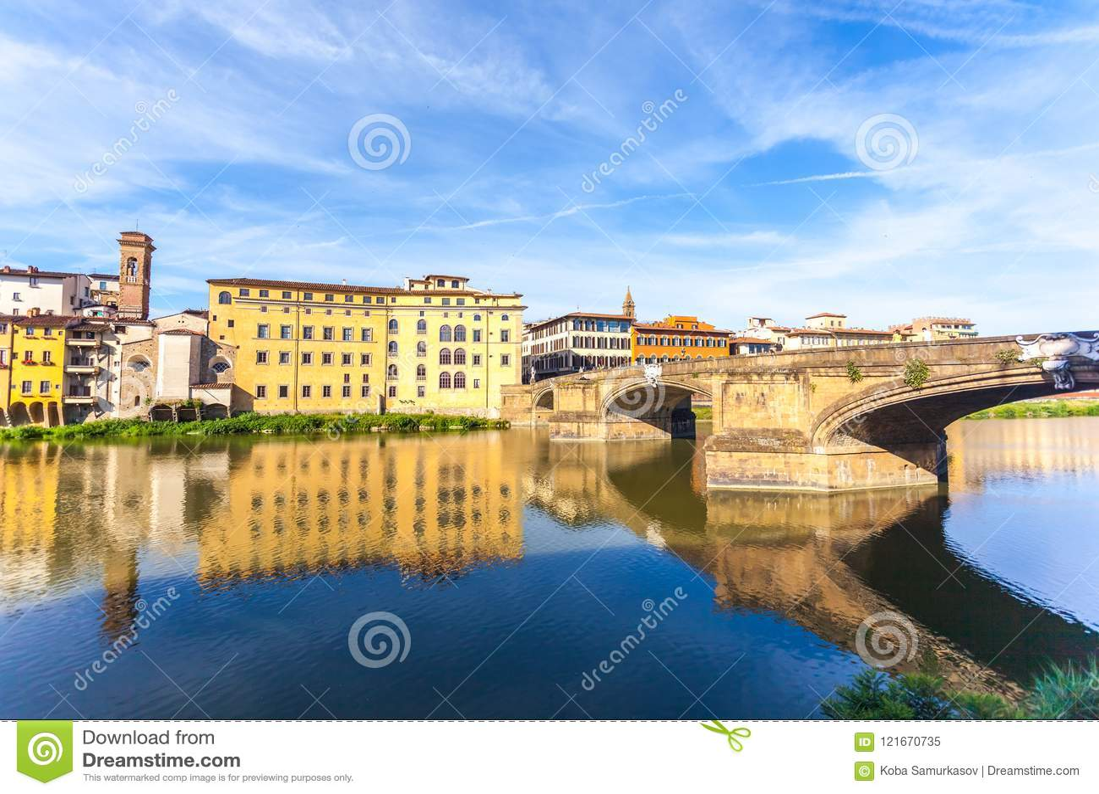 Ζωηρόχρωμη παλαιά γραμμή κτηρίων ο ποταμός Arno στη Φλωρεντία, Ιταλία