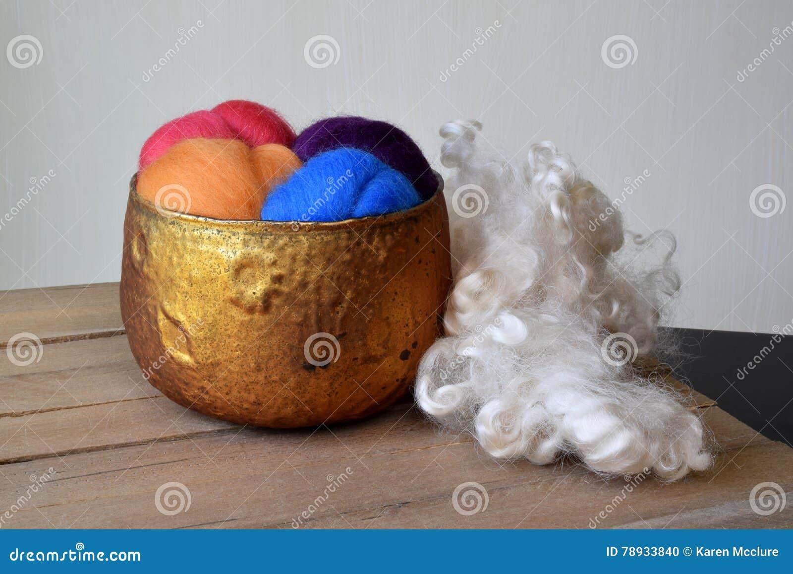 Ζωηρόχρωμη περιπλάνηση μαλλιού προβάτων σε ένα χρωματισμένο χαλκός κύπελλο γυαλιού