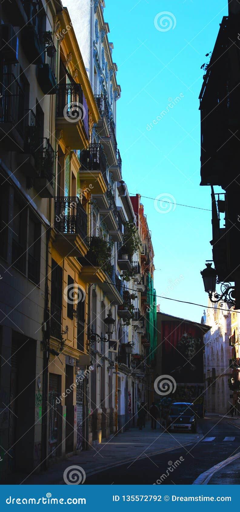Ζωηρόχρωμη στενωπός οικοδόμησης στη Βαλένθια Ισπανία
