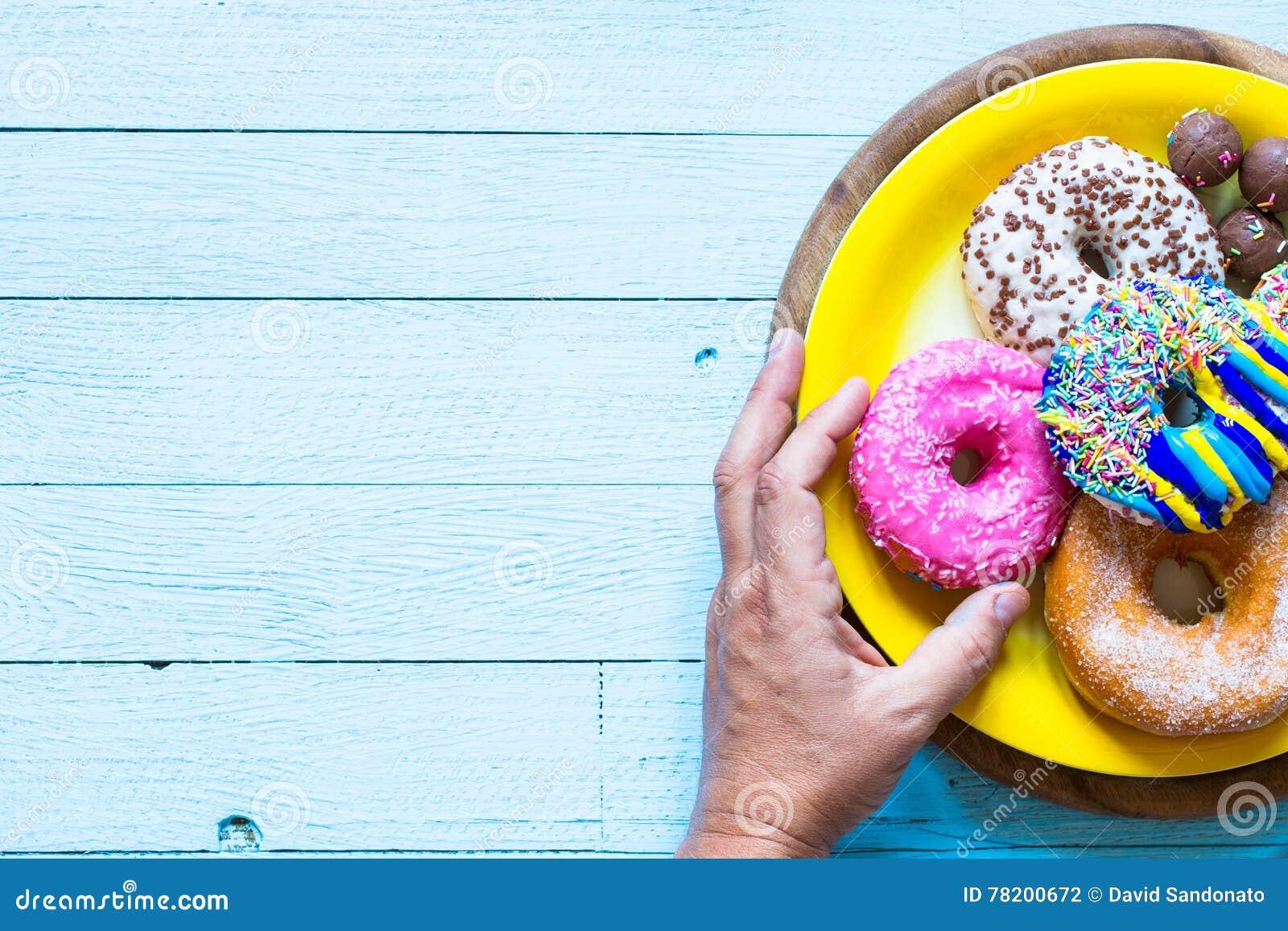 Ζωηρόχρωμη σύνθεση προγευμάτων Donuts με τις διαφορετικές μορφές χρώματος