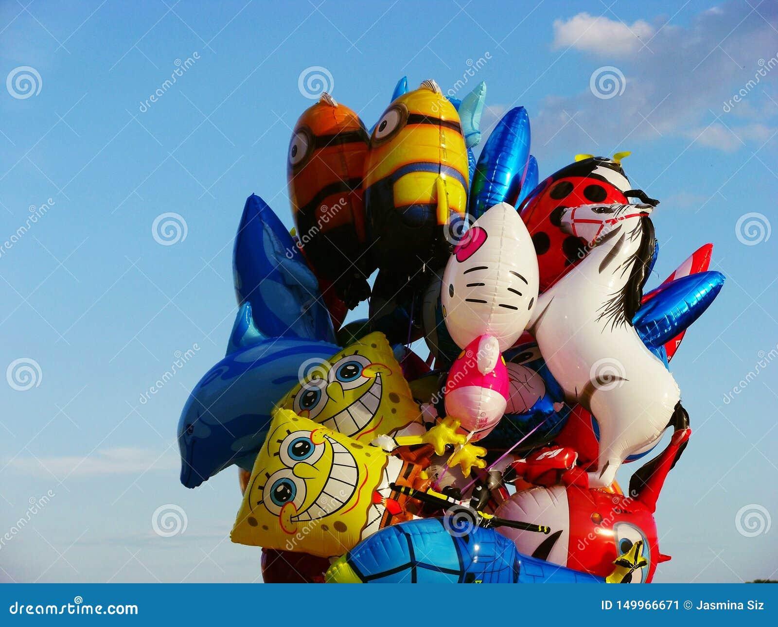 Ζωηρόχρωμοι μπαλόνια και μπλε ουρανός - πίσω στην παιδική ηλικία