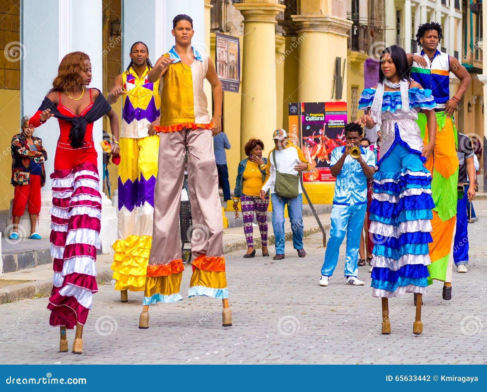 54cbdde60d32 Ζωηρόχρωμοι χορευτές οδών στα ξυλοπόδαρα στην παλαιά Αβάνα Εκδοτική ...
