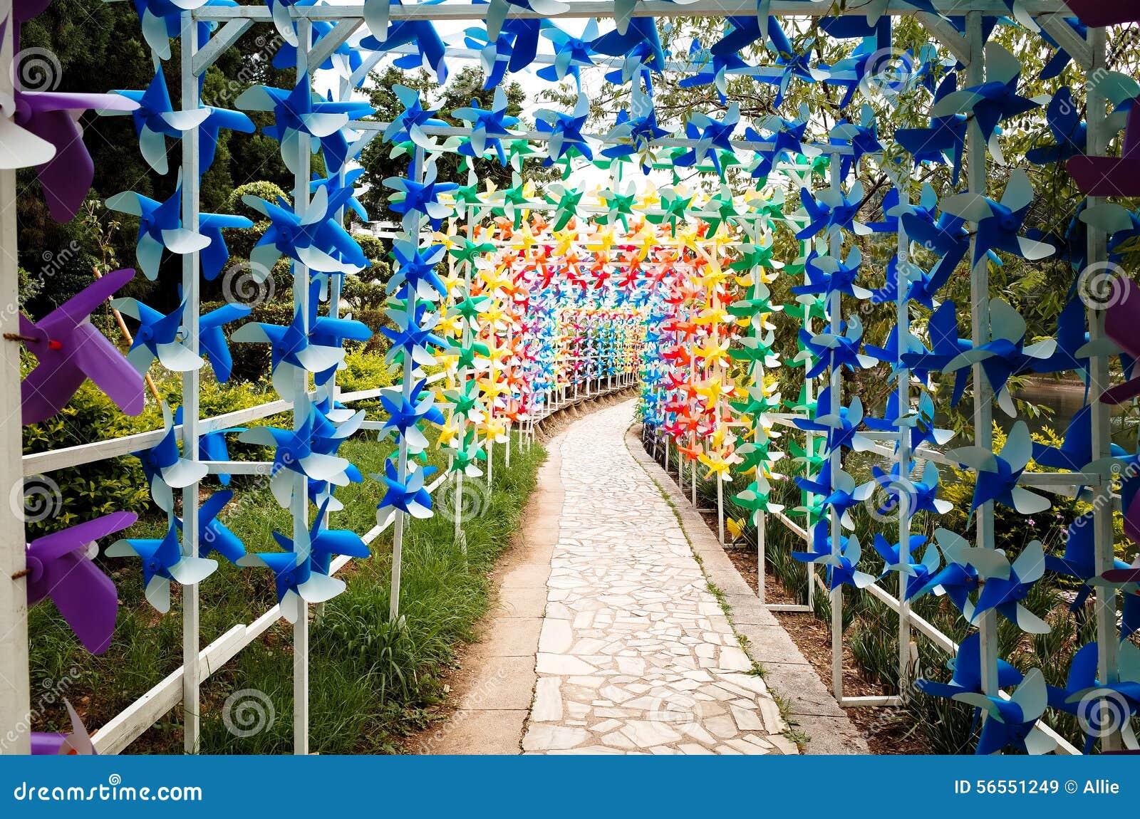 Download Ζωηρόχρωμος ανεμόμυλος στοκ εικόνα. εικόνα από λήφθείτε - 56551249